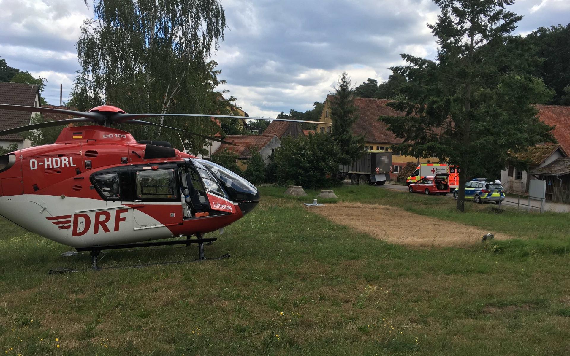 Schnelle Hilfe von der DRF Luftrettung erhielt vor Kurzem ein Radfahrer, der bei dem Versuch, einem Traktor auszuweichen, gestürzt war.