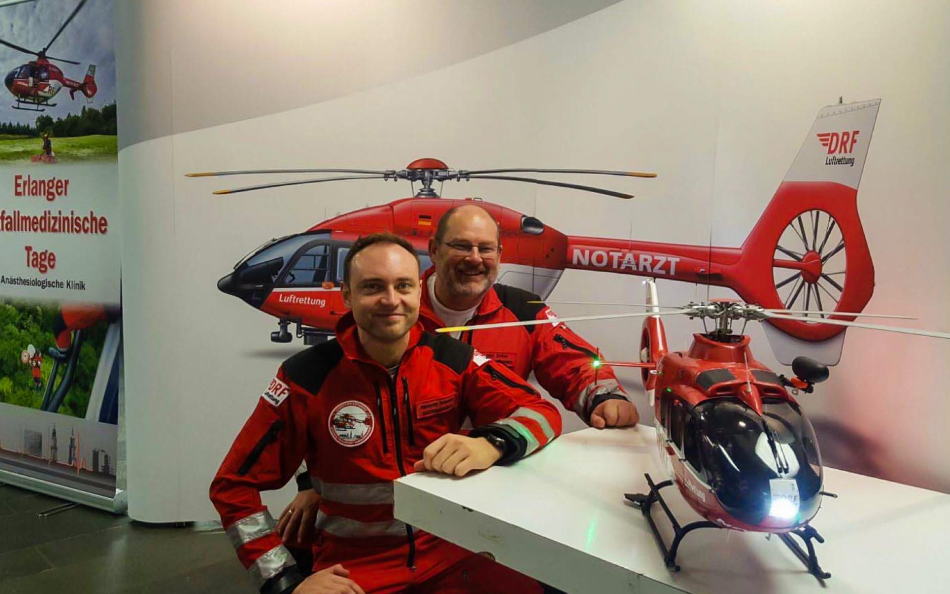 Alexander Schuricht und Zoltan Nick am Stand der DRF Luftrettung bei den 21. Erlanger Notfallmedizinischen Tagen.