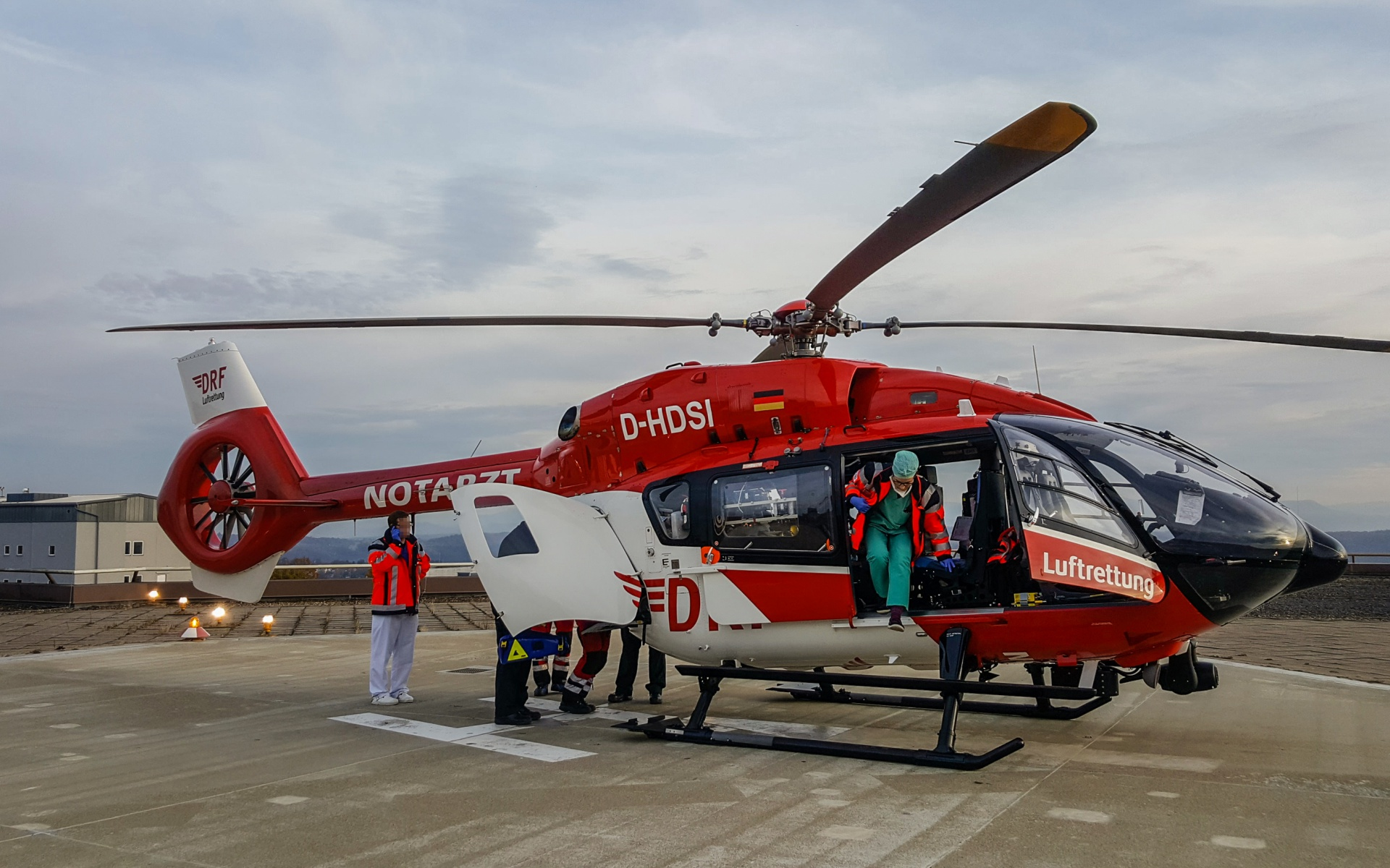 In Schwäbisch Hall nehmen die Nürnberger Luftretter den Patienten und das ECMO-Team aus Tübingen an Bord des Intensivhubschraubers auf.