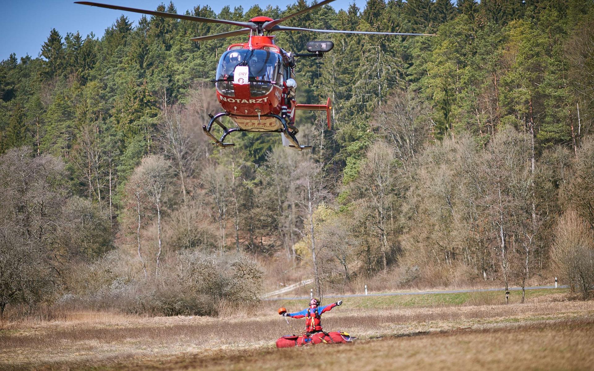 Präzise lässt der Windenoperator die Winde aus dem Hubschrauber zum Bergretter hinunter. (Foto: Michael Meyer)