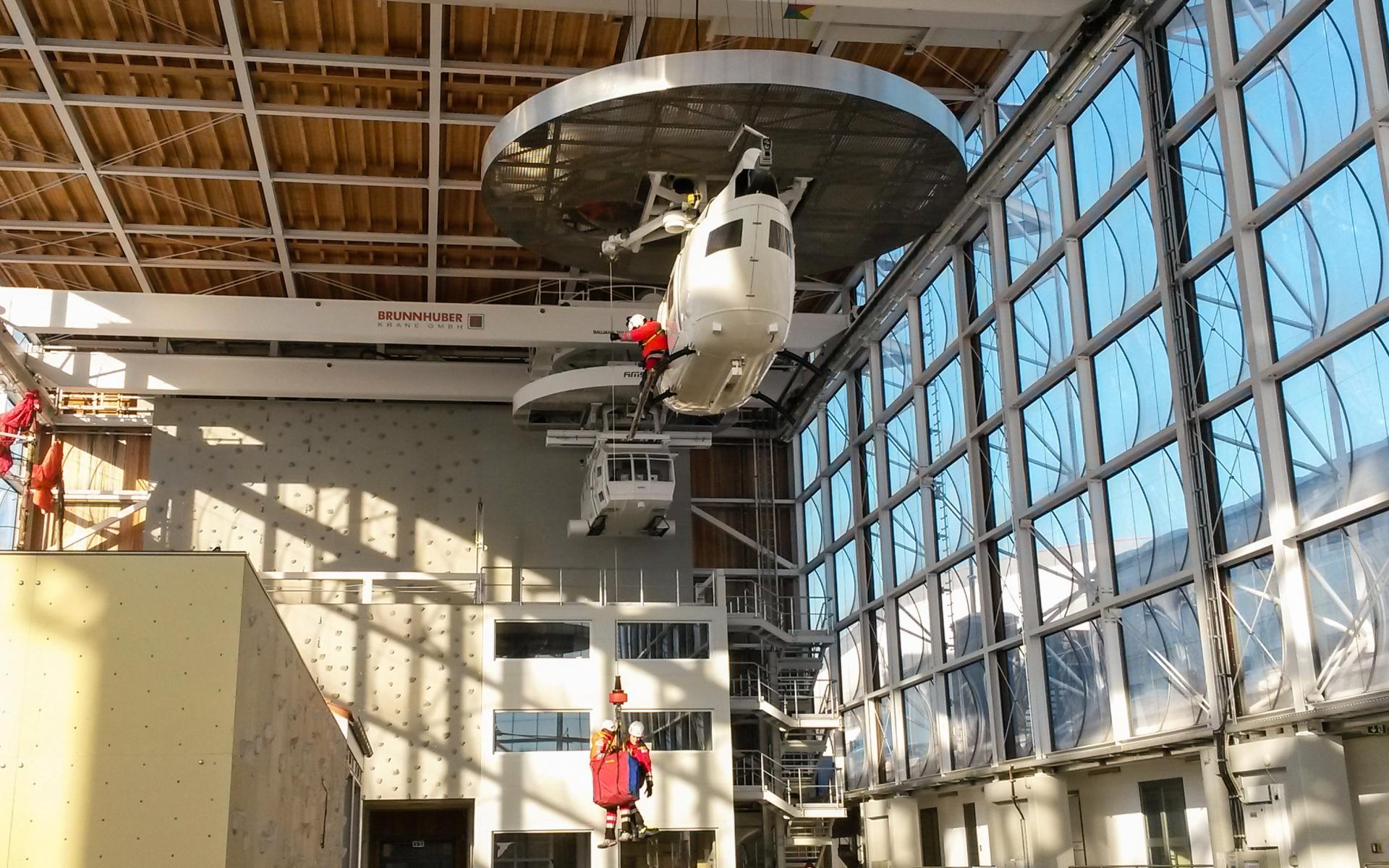 Die Luftretter üben Windeneinsätze im Zentrum für Sicherheit und Ausbildung der Bergwacht Bayern (ZSA) in Bad Tölz .