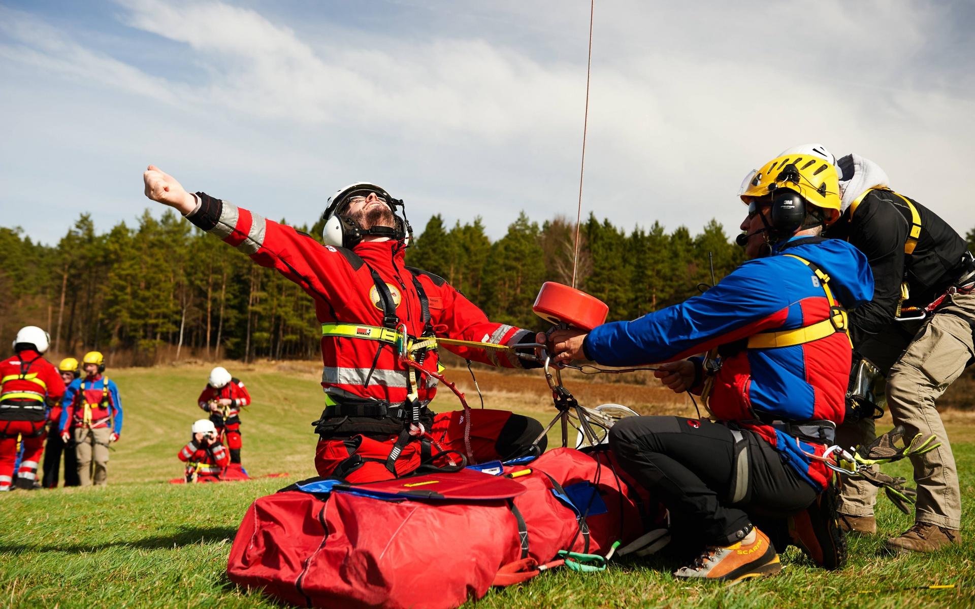 Zum Hochziehen an der Winde zum Hubschrauber wird der Patient in einem sogenannten Bergesach gesichert.