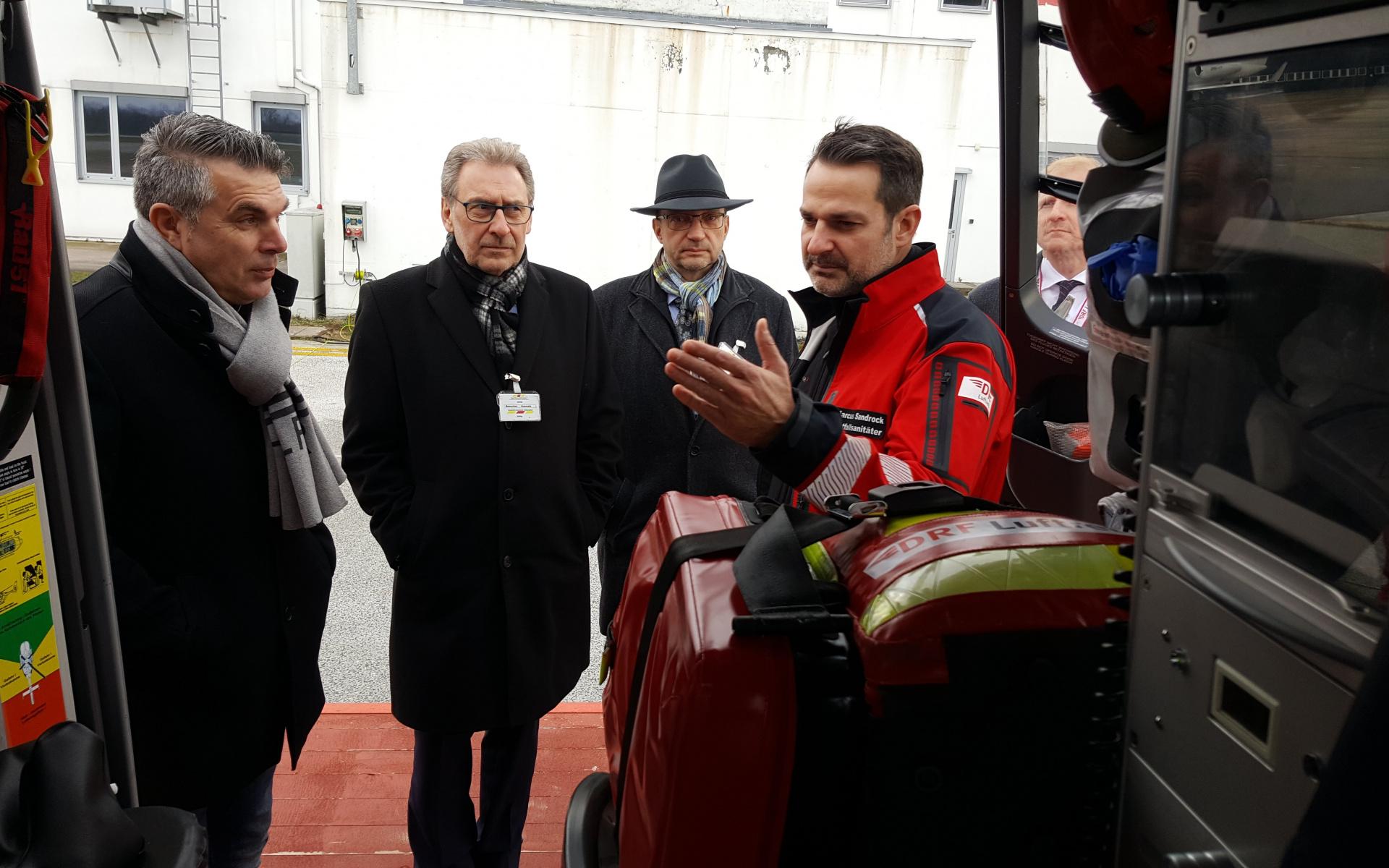 Auch ein Blick auf die hochmoderne Medizinausstattung von Christoph 43 stand während des Besuchs auf dem Programm.