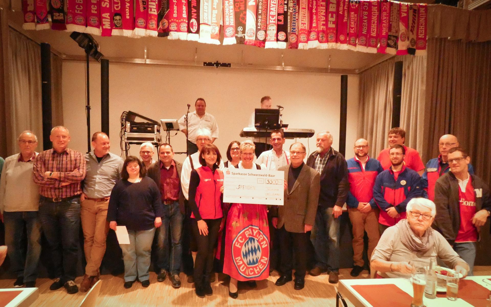 Katina Giouretzikli nahm den Spendenscheck der Fußballfans entgegen.