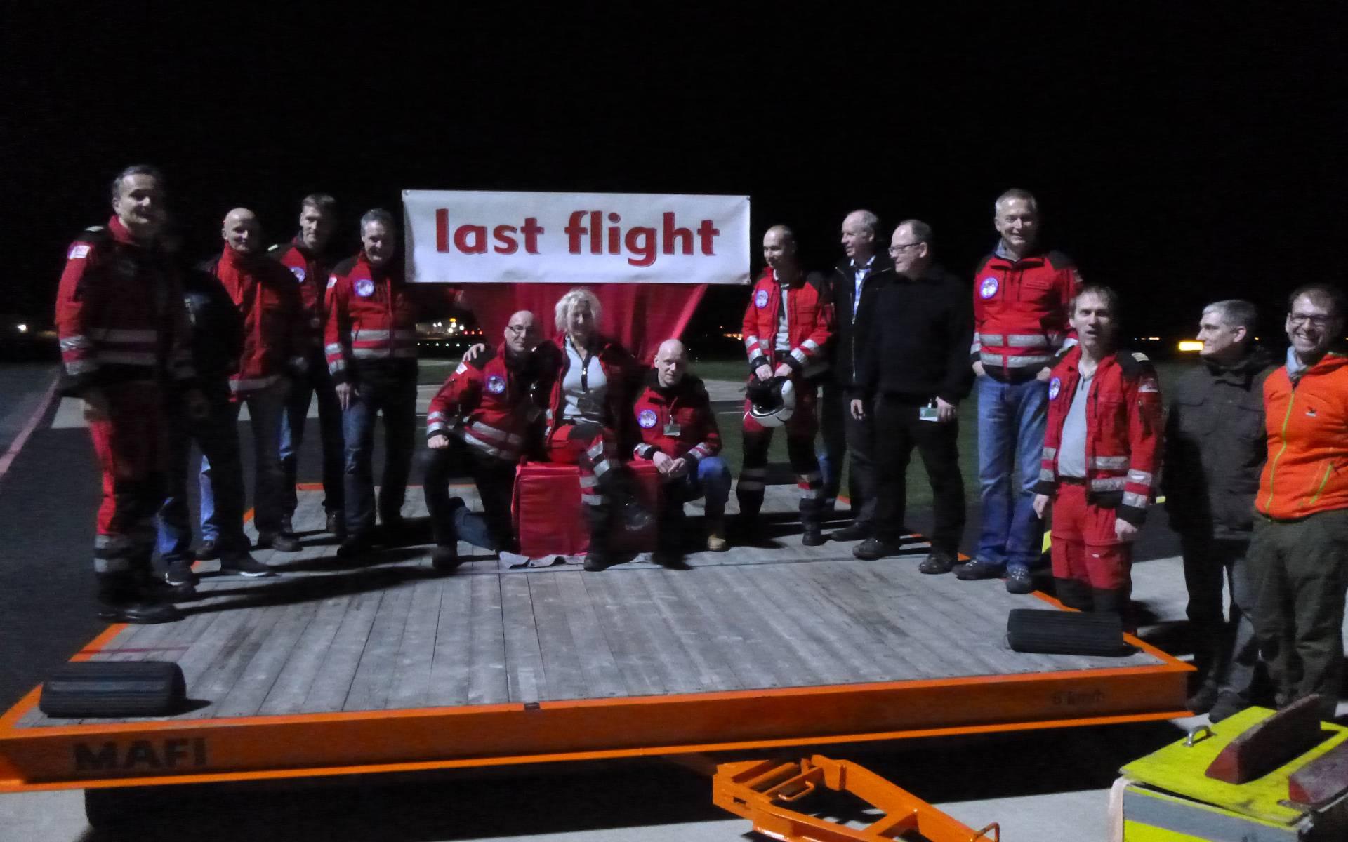 Die Kollegen begleiten Rettungsassistentin Christine Berghausen auf ihrem 'letzten Flug' in den Hangar.