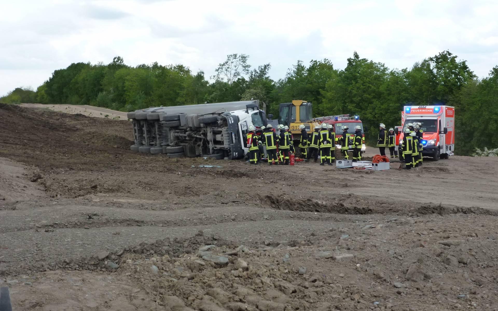 Ein Großaufgebot an Rettungskräften ist im Einsatz: Fünf Fahrzeuge der Feuerwehr, ein Rettungswagen und Christoph Dortmund