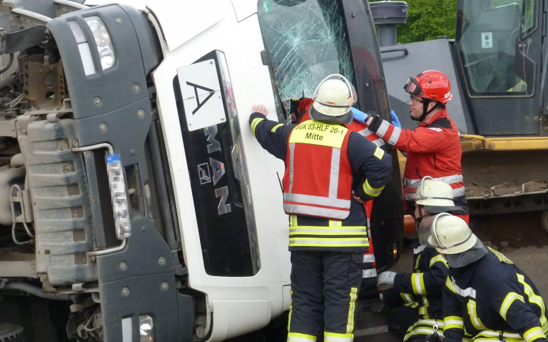 Während die Feuerwehrleute den Mann befreien, wird er bereits medizinisch versorgt