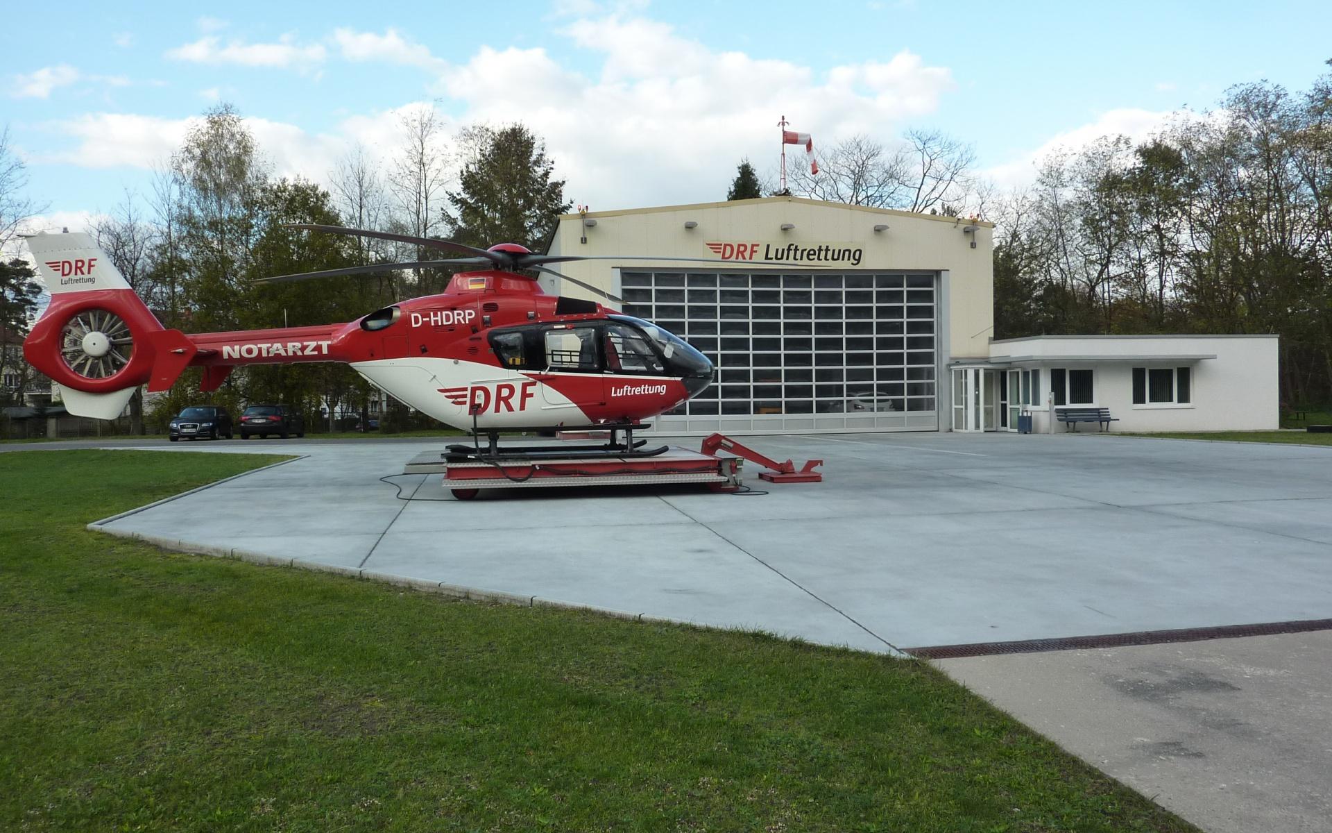 Steht von 7.00 Uhr morgens bis Sonnenuntergang bereit, 365 Tage im Jahr: Christoph 49, der am Helios Klinikum Bad Saarow stationierte Hubschrauber der DRF Luftrettung.