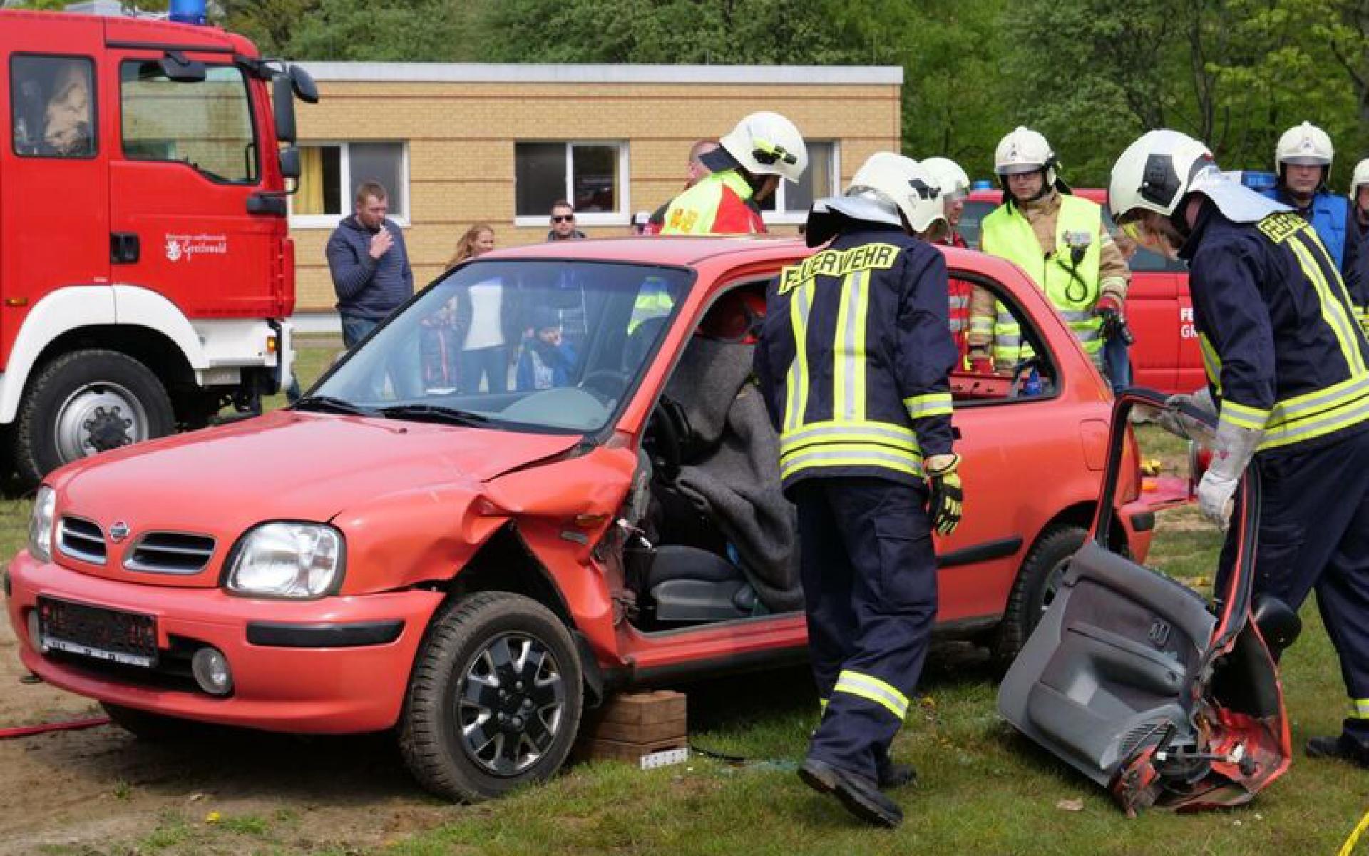 Ein Highlight war die Rettungsübung, bei der die Feuerwehr ein Auto mit schwerem Gerät öffnete.