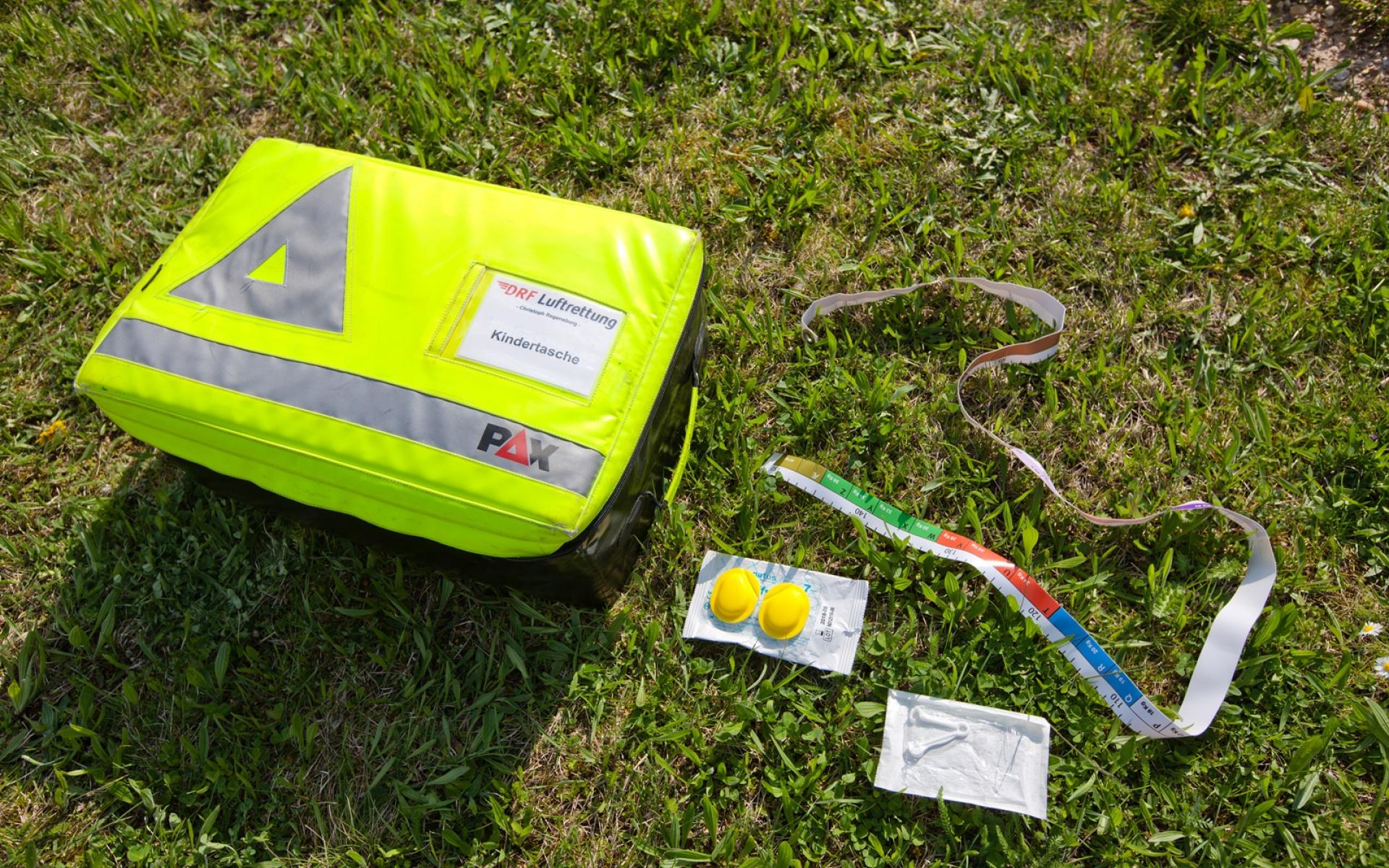 Die gelbe Kindertasche wurde eigens von der DRF Luftrettung entwickelt und umfasst rund 70 medizinische Gegenstände.