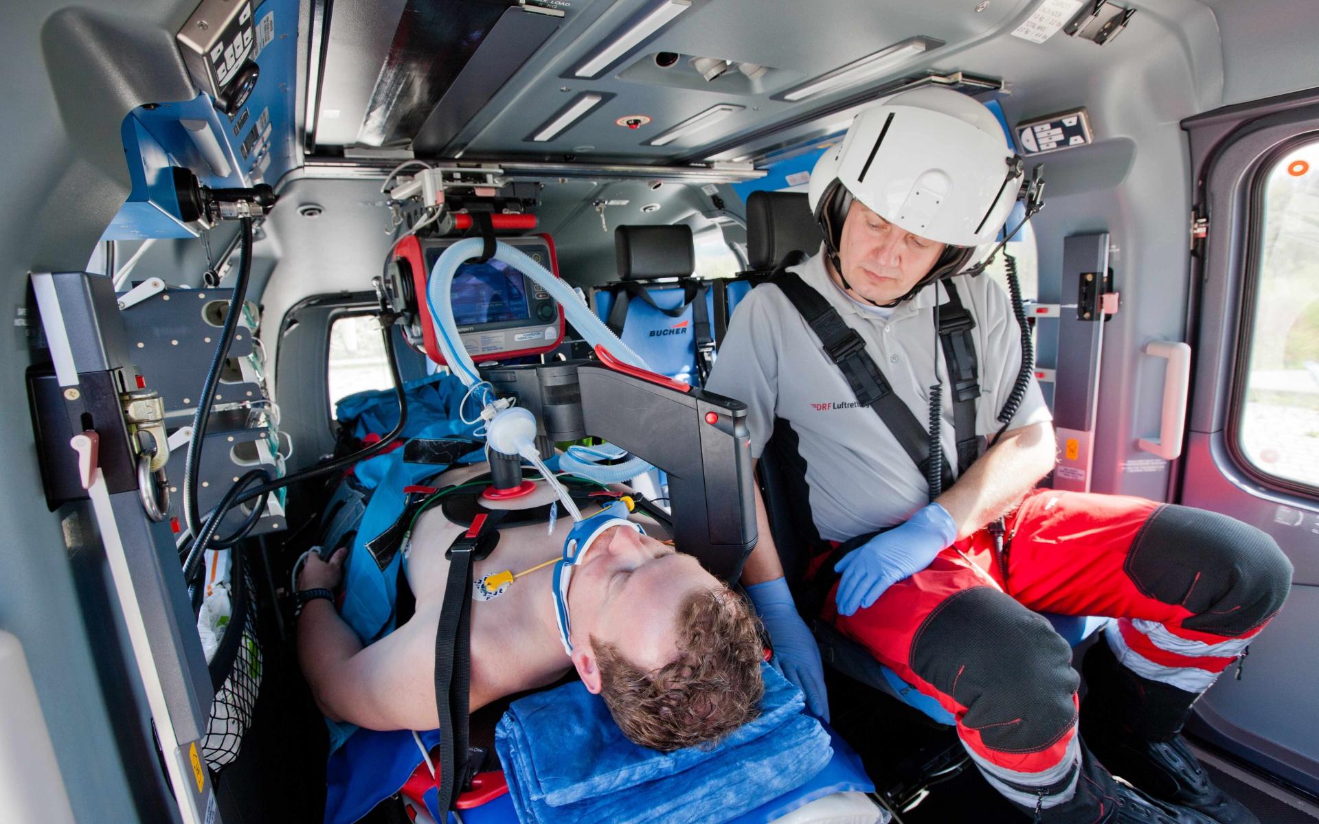 Die Reanimationshilfe ermöglicht eine fortlaufende Herzdruckmassage mit optimaler Drucktiefe und -frequenz – am Einsatzort, während des Umladens des Patienten und sogar im Flug.