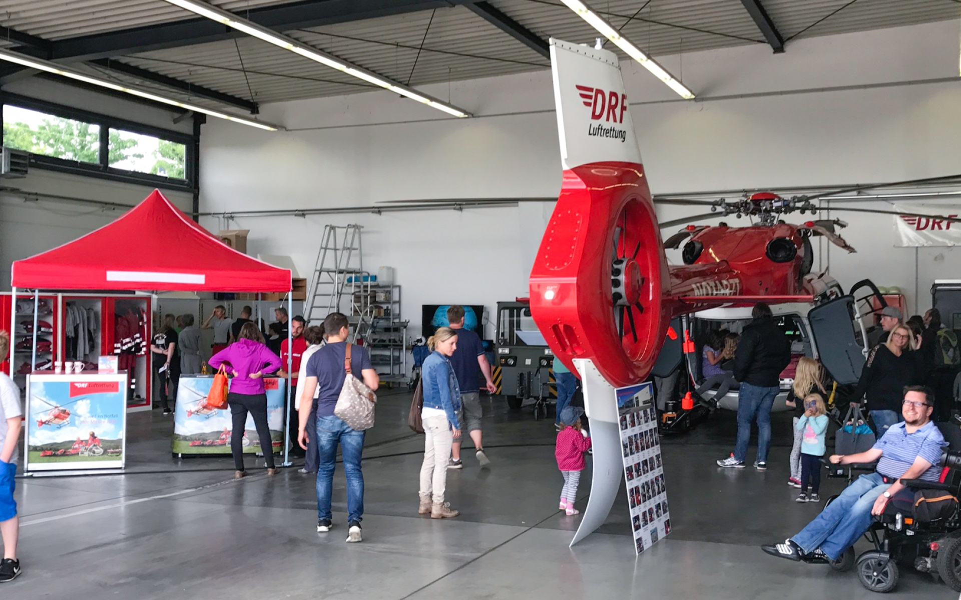 Im Hangar konnte fanden die Besucher u. a. einen Hubschrauber zum Besichtigen sowie den Informationsstand und den Shop des Fördervereins DRF e.V.