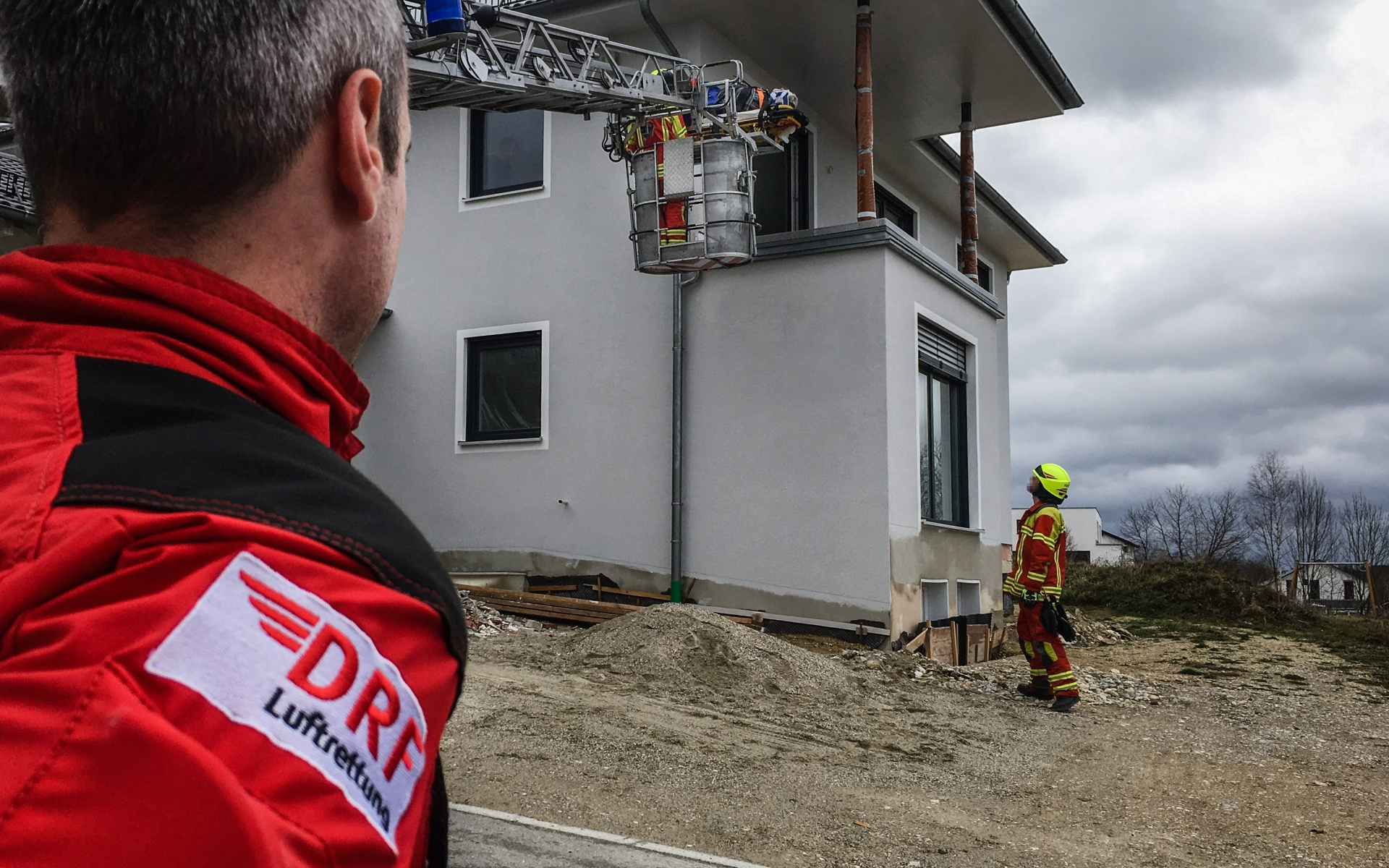 Ein Transport des Verletzten über die Treppe war nicht möglich, daher kam die Feuerwehr zu Hilfe und setzte ihre Drehleiter ein.