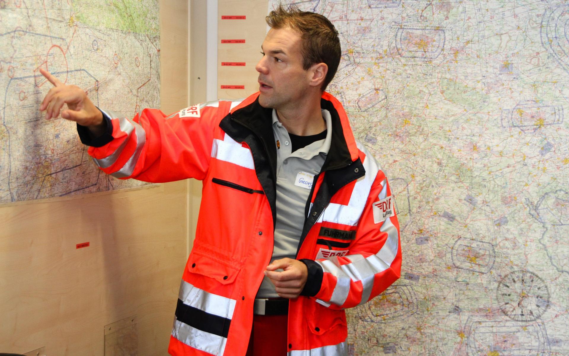 Pilot Georg Fuhrmann erklärt den faszinierten kleinen Besuchern, wie schnell die Besatzung im Notfall mit dem Hubschrauber vor Ort ist. Symbolbild.
