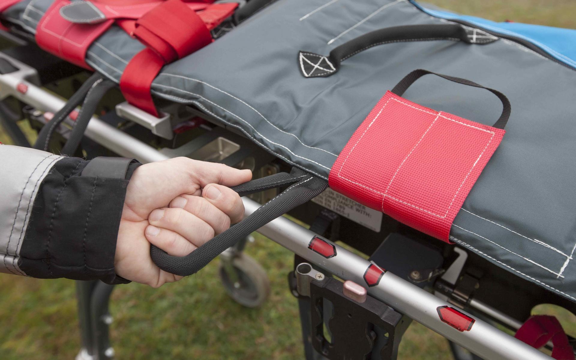 Schnellstmöglicher Transport: Sechs seitliche, enganliegende Halteschlaufen erleichtern es den Luftrettern, ihre Patienten über Steilhänge oder unebenen Boden bis zu einer Roll-Trage oder dem Hubschrauber zu tragen.