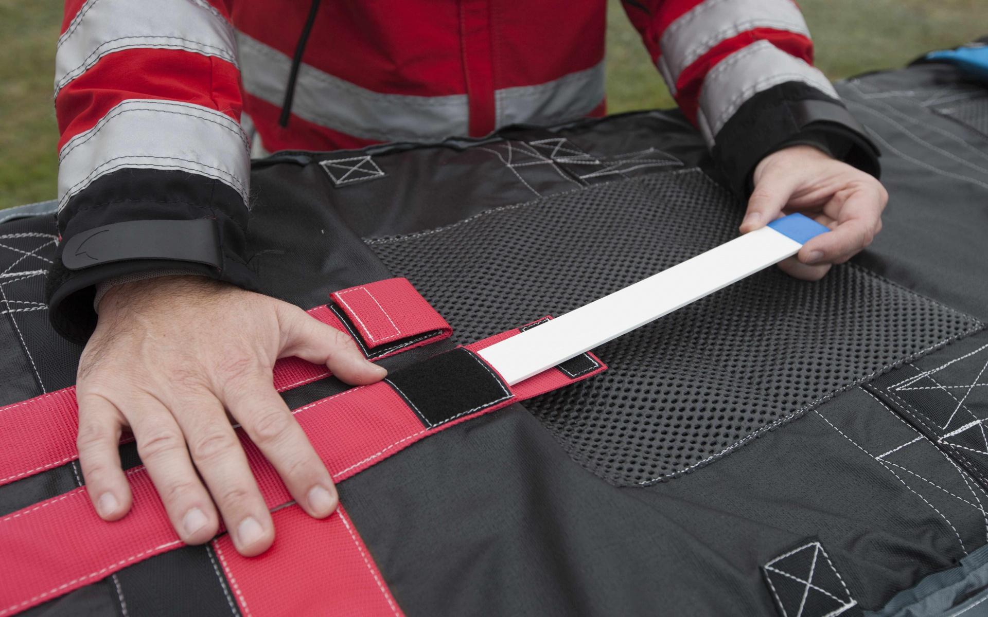 Starker Rückhalt: Extra verstärkte Einlagen in der Thermo-Schutzhülle stabilisieren den Oberkörper der Patienten. So liegen sie bequem, auch wenn die Besatzung sie weite Strecken tragen muss.