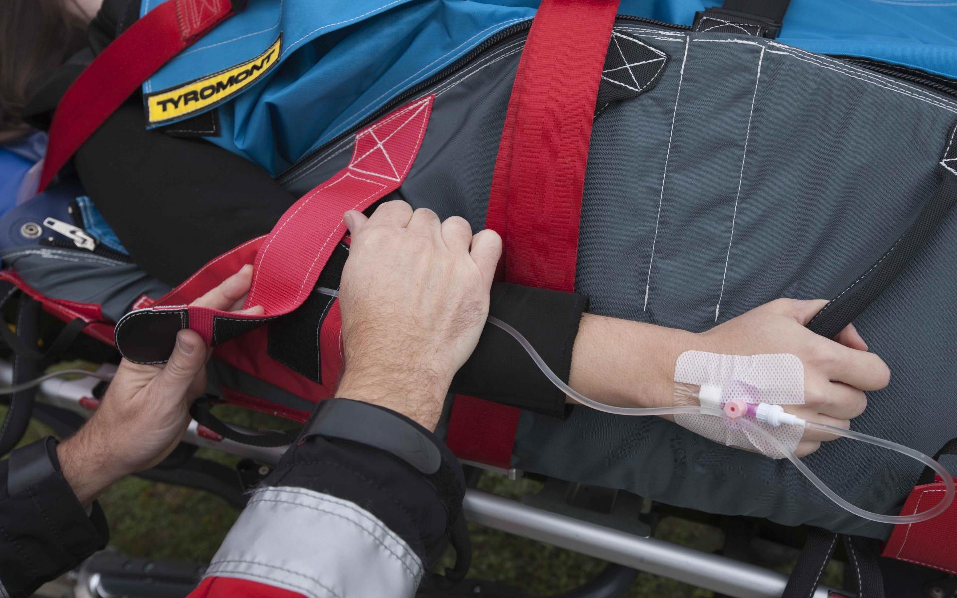 Über Infusionen am Arm erhalten die Patienten überlebenswichtige Medikamente. Deren Art und Zusammensetzung muss jeder Zeit angepasst werden können. Dank spezieller Gurte und Halterungen an der Thermo-Schutzhülle, kann der Arm außerhalb der Hülle sicher fixiert und gelagert werden. So werden die Patienten optimal versorgt.
