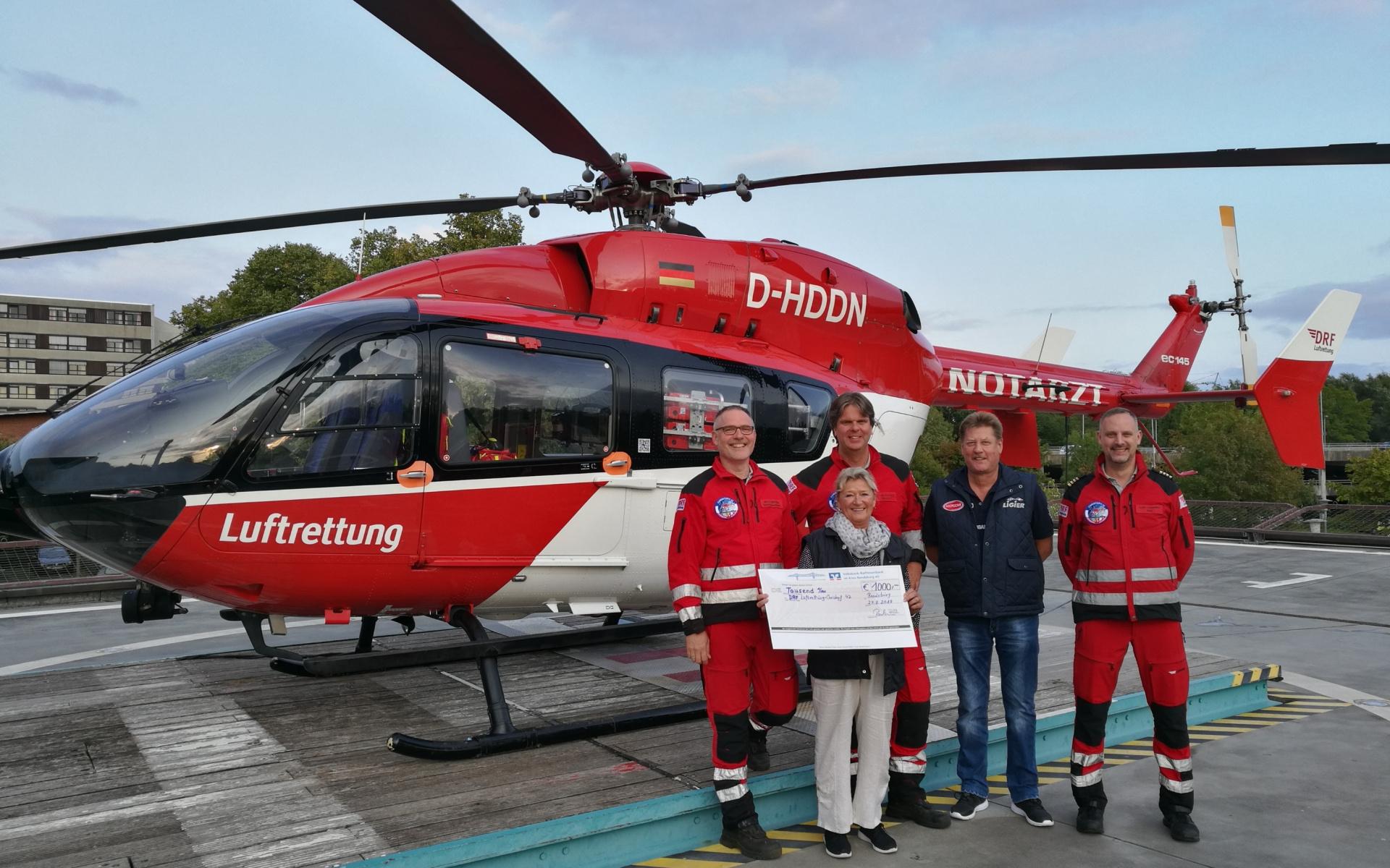 Waschen für die gute Sache: Peter und Gaby Paulsen übergaben einen Spendenscheck an die Rendsburger Luftretter.