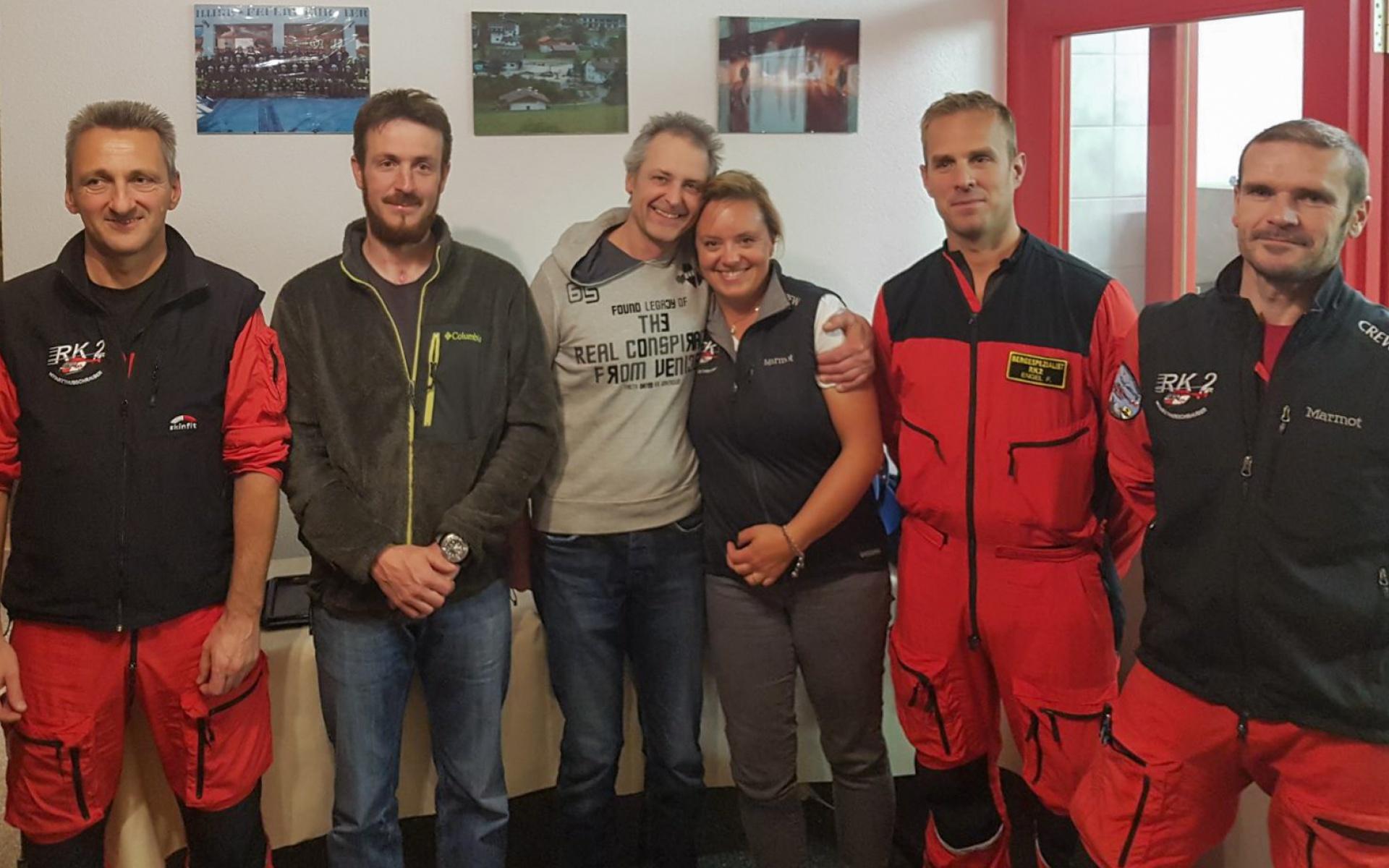 Retter und Gerettete: Die Besatzung von RK-2 wurde zu einer kleinen Dankesfeier zweier Angestellter der Gemeinde Lermoos eingeladen.