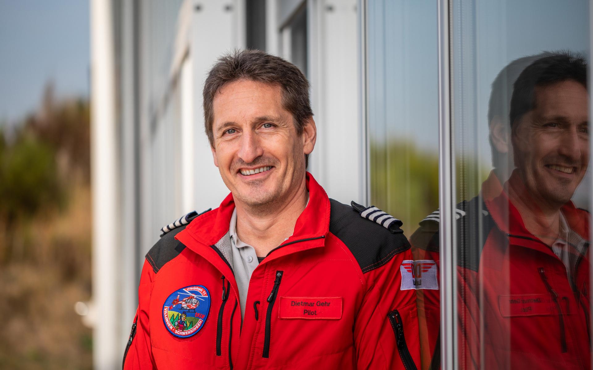 Einen anderen Werdegang zum technischen Piloten hatte Dietmar Gehr. Er startete als Bundeswehrpilot, vor rund 22 Jahren wechselte er dann in die Rettungsfliegerei, zunächst als Luftretter an der Station Nürnberg. Aufgrund seines hohen Interesses für Technik und dem damals innerhalb der DRF Luftrettung einzigartigen Hubschraubertyps EC145 an der Station München, begann er 2003 mit der zusätzlichen Tätigkeit in der Welt der technischen Fliegerei.