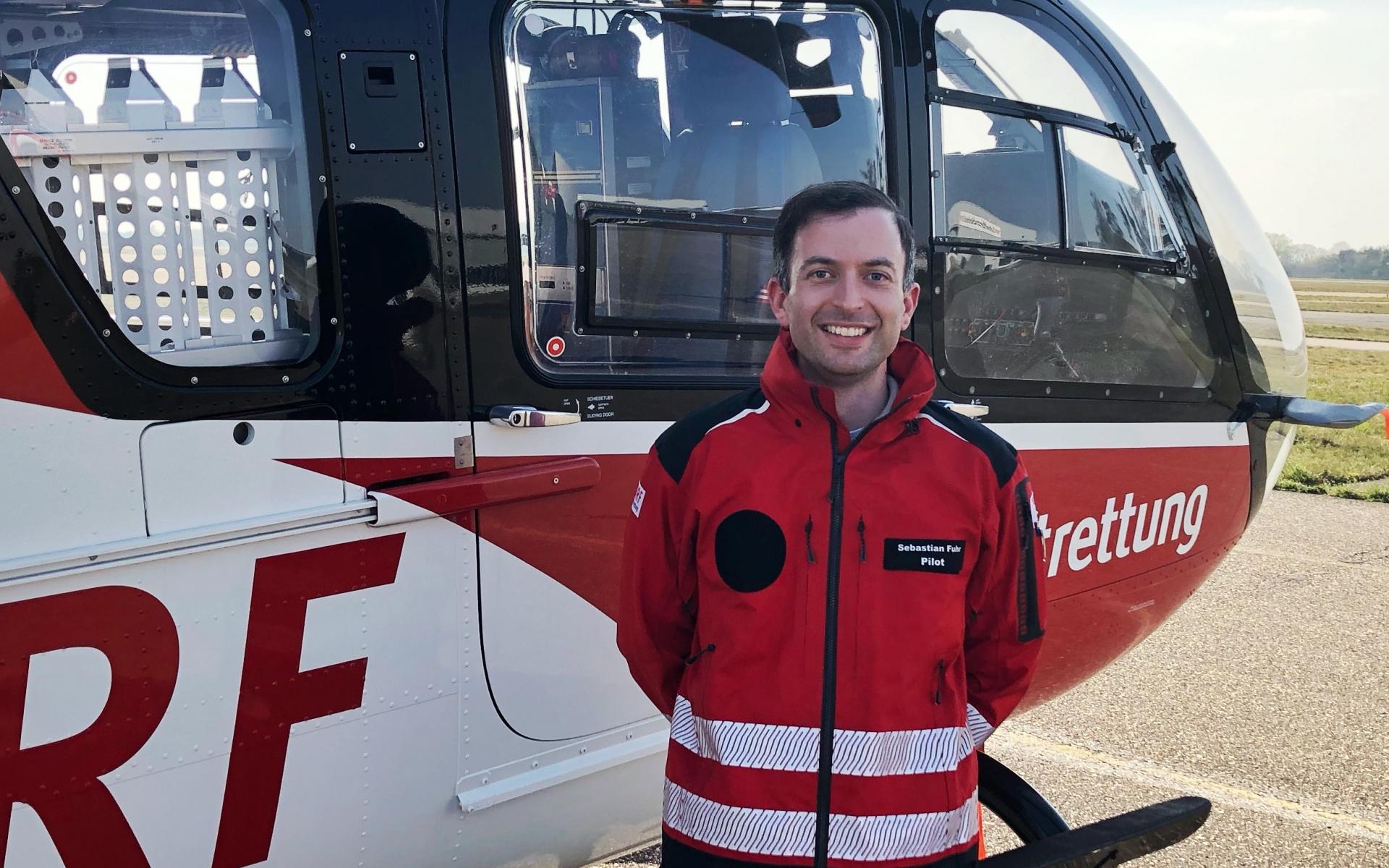 """Sebastian Fuhr studierte an der Universität Stuttgart Luft- und Raumfahrttechnik – und erarbeitete sich parallel den Berufspilotenschein für Hubschrauber. Nach fünf Jahren bei Airbus Helicopters ging es dann im September 2018 zur DRF Luftrettung. """"So kann ich mir jetzt einen Traum erfüllen: Als technischer Pilot bei der DRF Luftrettung verbinden sich meine Faszination für Technik und meine Leidenschaft für das Fliegen perfekt."""" Er ist der einzige """"fliegende Ingenieur"""" der DRF Luftrettung."""
