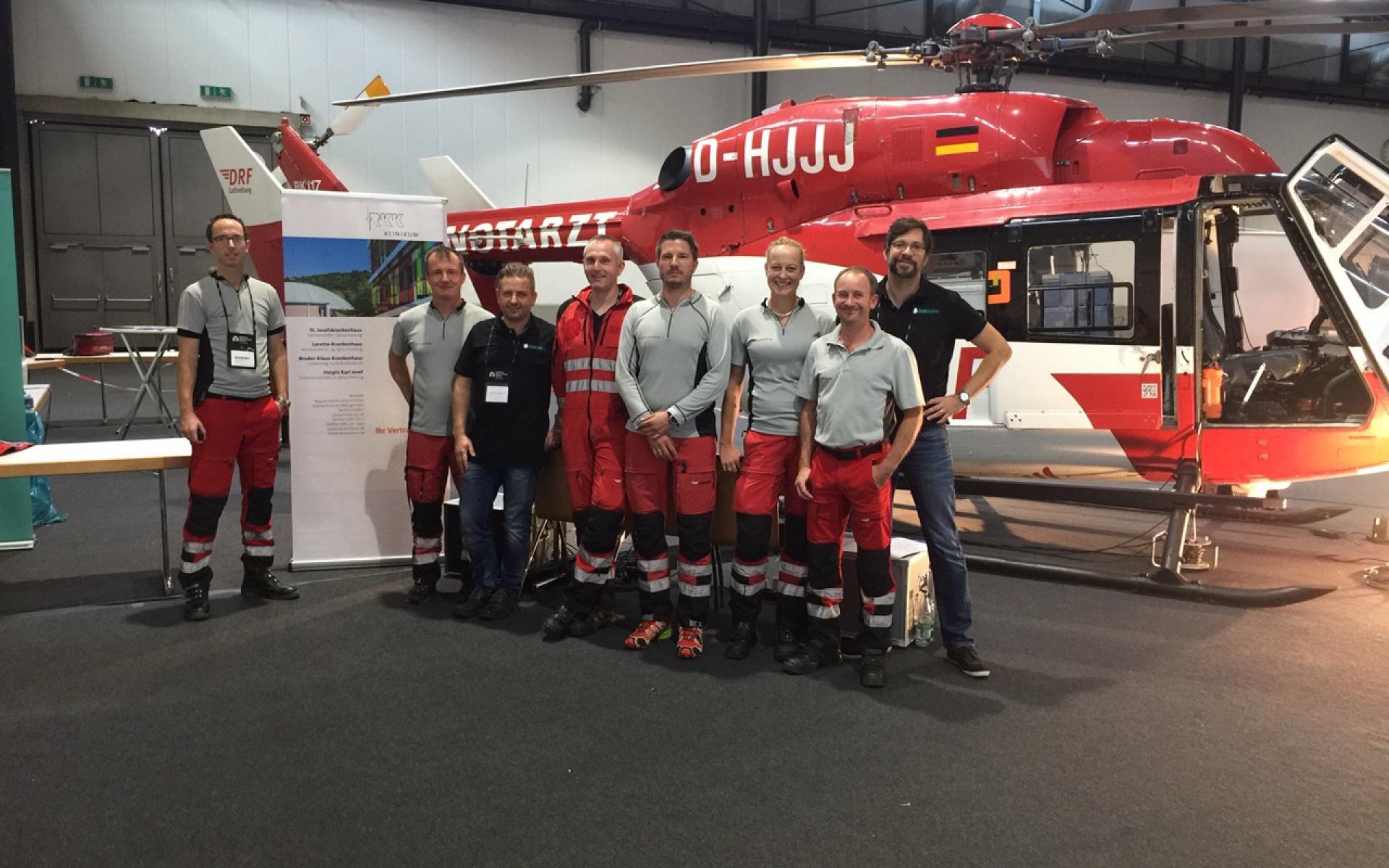 Lange Vorbereitungen, großer Erfolg. Ein Teil des Simulations-Teams vor dem Hubschrauber.