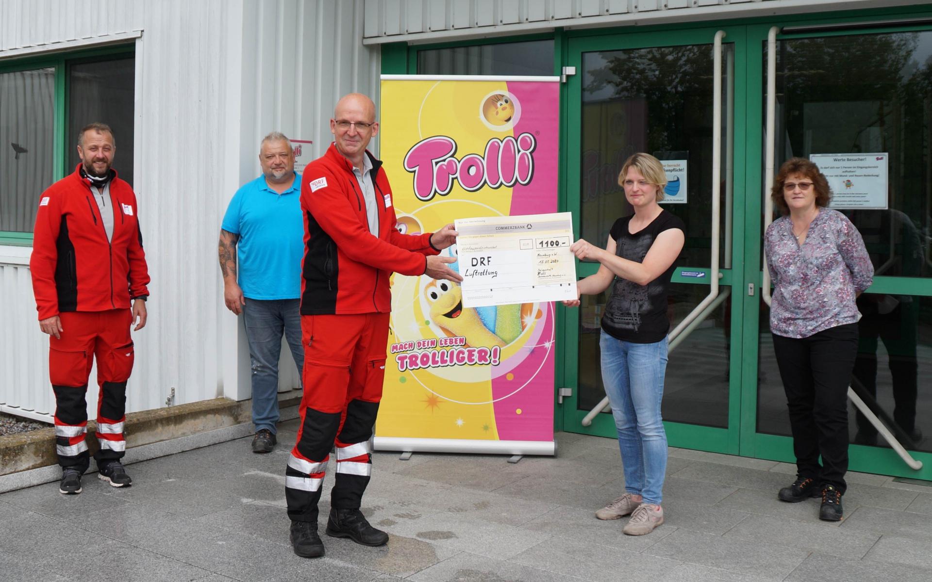 Stationsleiter Peter Flor nimmt vor dem Werkstor der Firma Trolli die Spende entgegen (Quelle Grit Popelka)