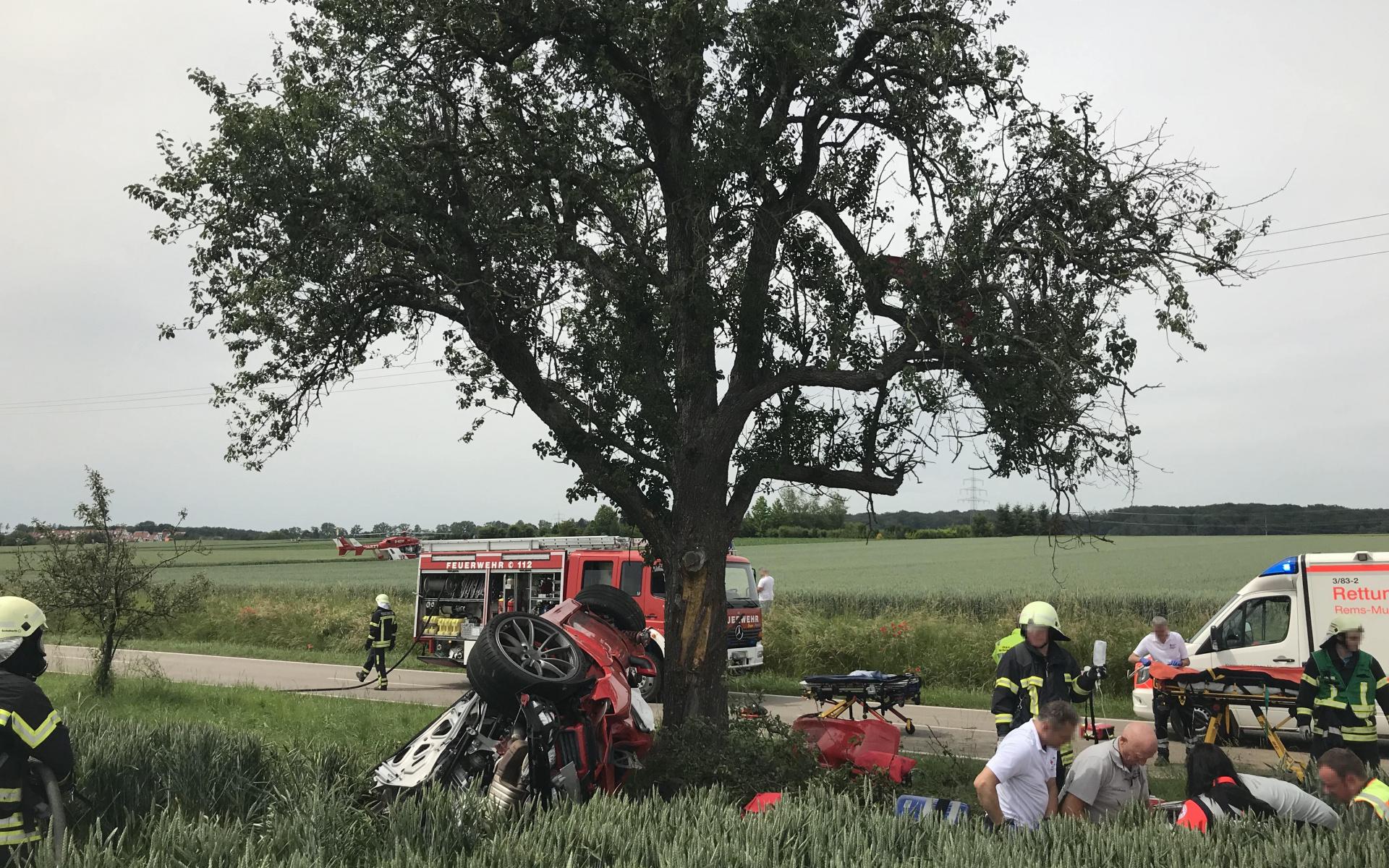 Die Crew von Christoph 51 versorgt einen schwer verletzten Autofahrer.