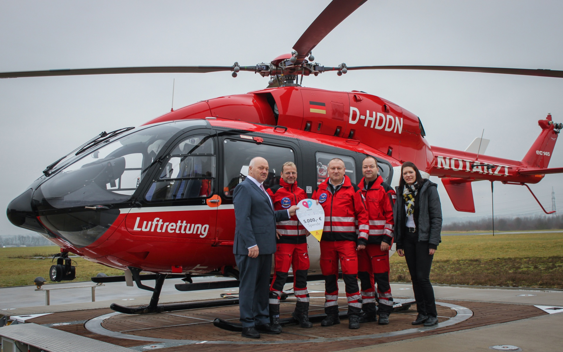 Lotto-Kommunikationsleiter Paul Herbinger (1.v.l.) übergab den symbolischen Scheck an die diensthabende Crew (v.l.): Jürgen Henker (leitender Notfallsanitäter), Thomas Roth (Pilot und Stationsleiter), Dr. Gregor Lichy (leitender Hubschraubernotarzt) und Corinna Roller, stv. Leiterin des DRF e.V.