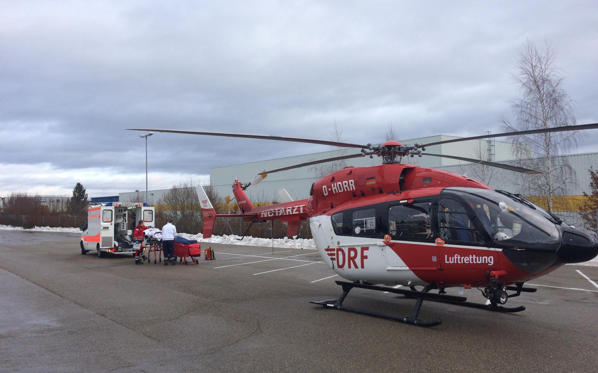 Eine Frau schwebt durch eine Hirnblutung in Lebensgefahr. Christoph 51, der Stuttgarter Hubschrauber der DRF Luftrettung, bringt sie nach der Untersuchung und Stabilisierung durch den Hubschrauberarzt schnell in eine Spezialklinik.