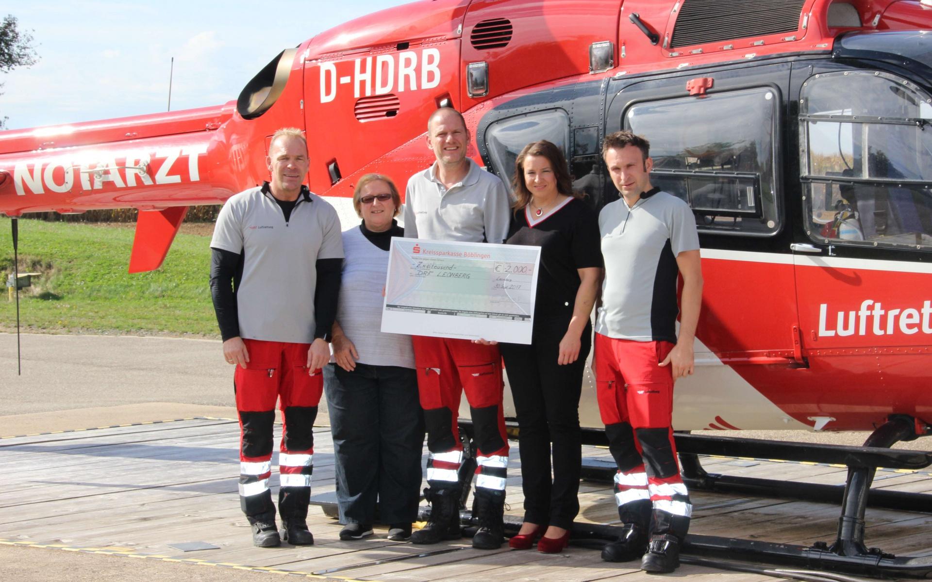Familie Stauch mit der Besatzung bei der Übergabe des Spendenschecks vor Christoph 41
