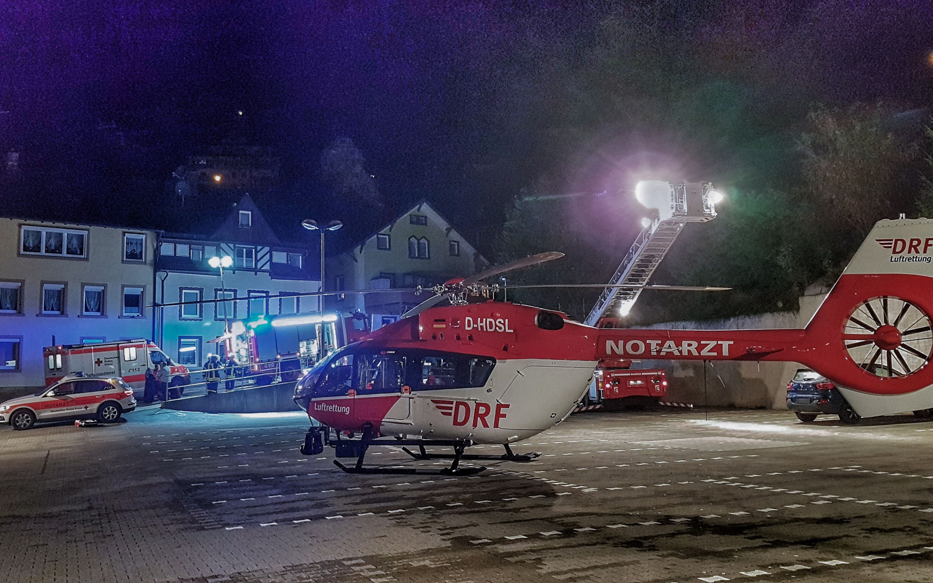 Kleinkind in Lebensgefahr: Christoph 11 der DRF Luftrettung landet auf einem Parkplatz in Triberg.