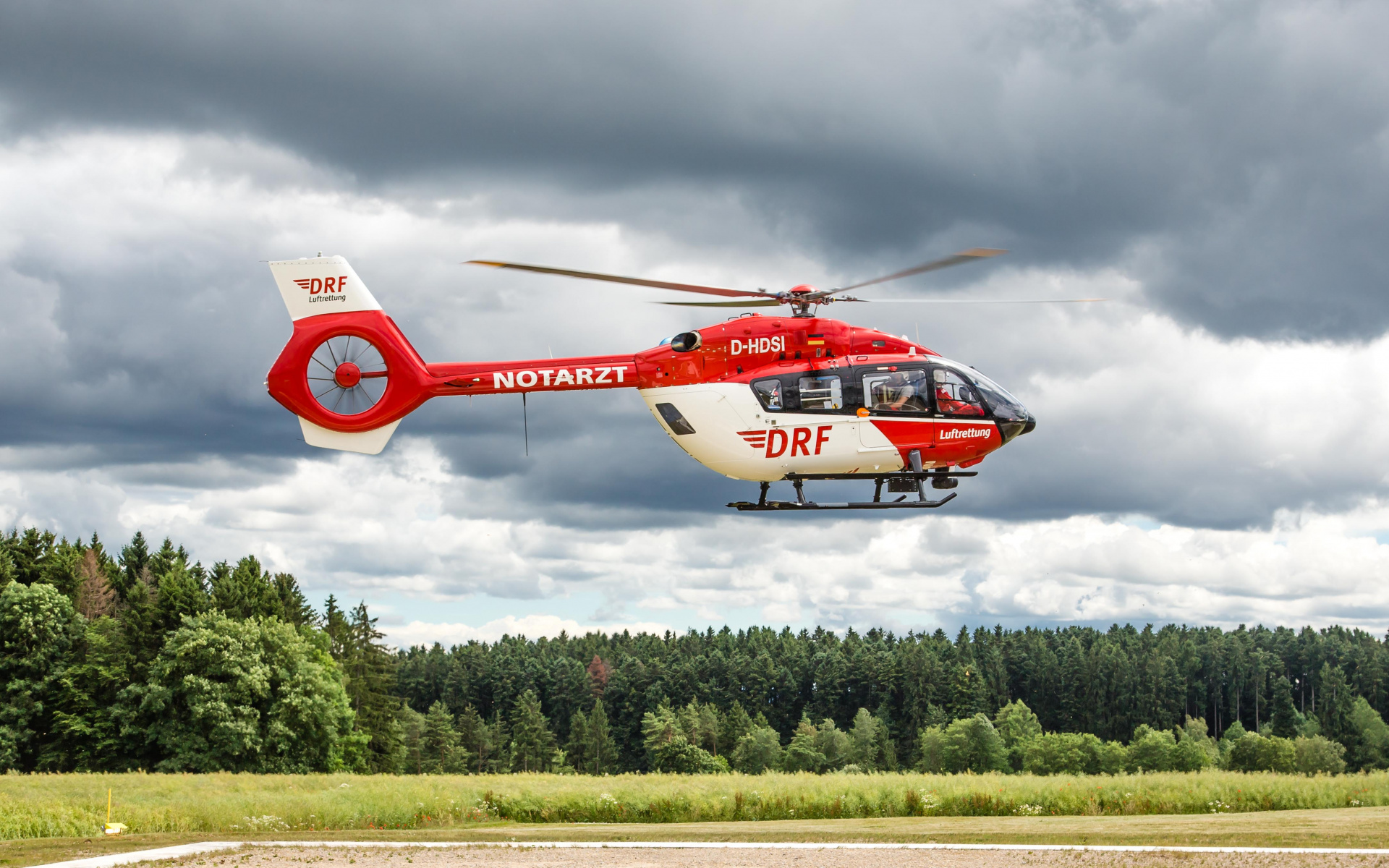 Die Hubschrauber der DRF Luftrettung sind mit 250 km/h unterwegs und unschlagbar schnell am Einsatzort. Erleidet jedoch jemand einen Herzstillstand, benötigen die Luftretter die Hilfe der Menschen am Boden.