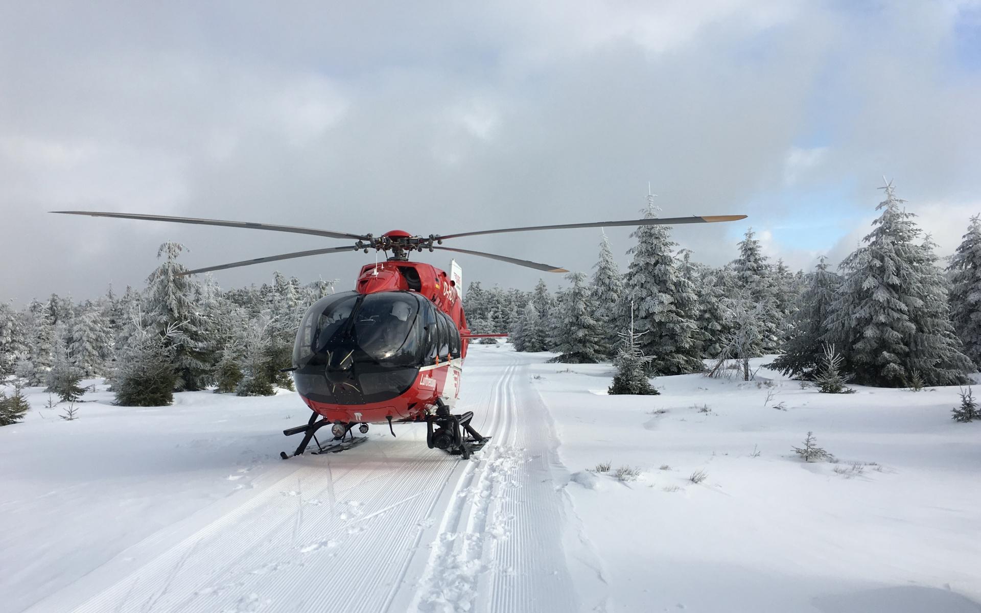 Landung auf der Loipe: Christoph 11 wurde alarmiert, um unterkühlten Langläufer in eine Klinik zu fliegen.