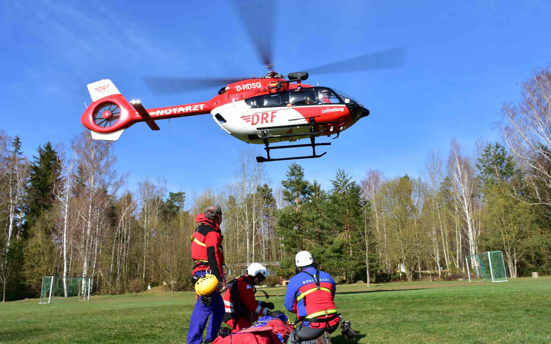 Gemeinsam mit der DRK Bergwacht trainierten die Luftretter am vergangenen Wochenende den Einsatz mit der am Hubschrauber fest installierten Winde.