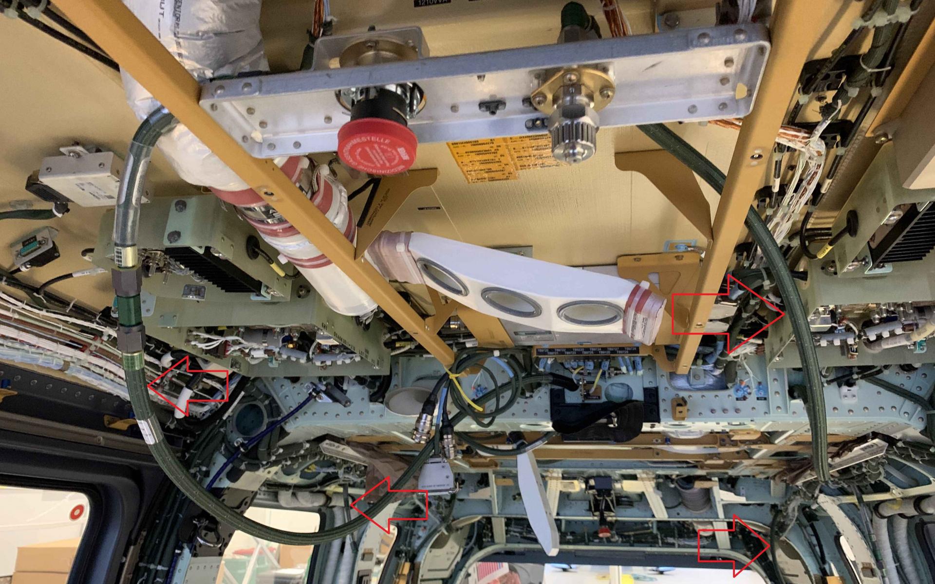 Im ganzen Hubschrauber wurden Leitungen für das Sauerstoff-Ring-Leitungssystem eingezogen.