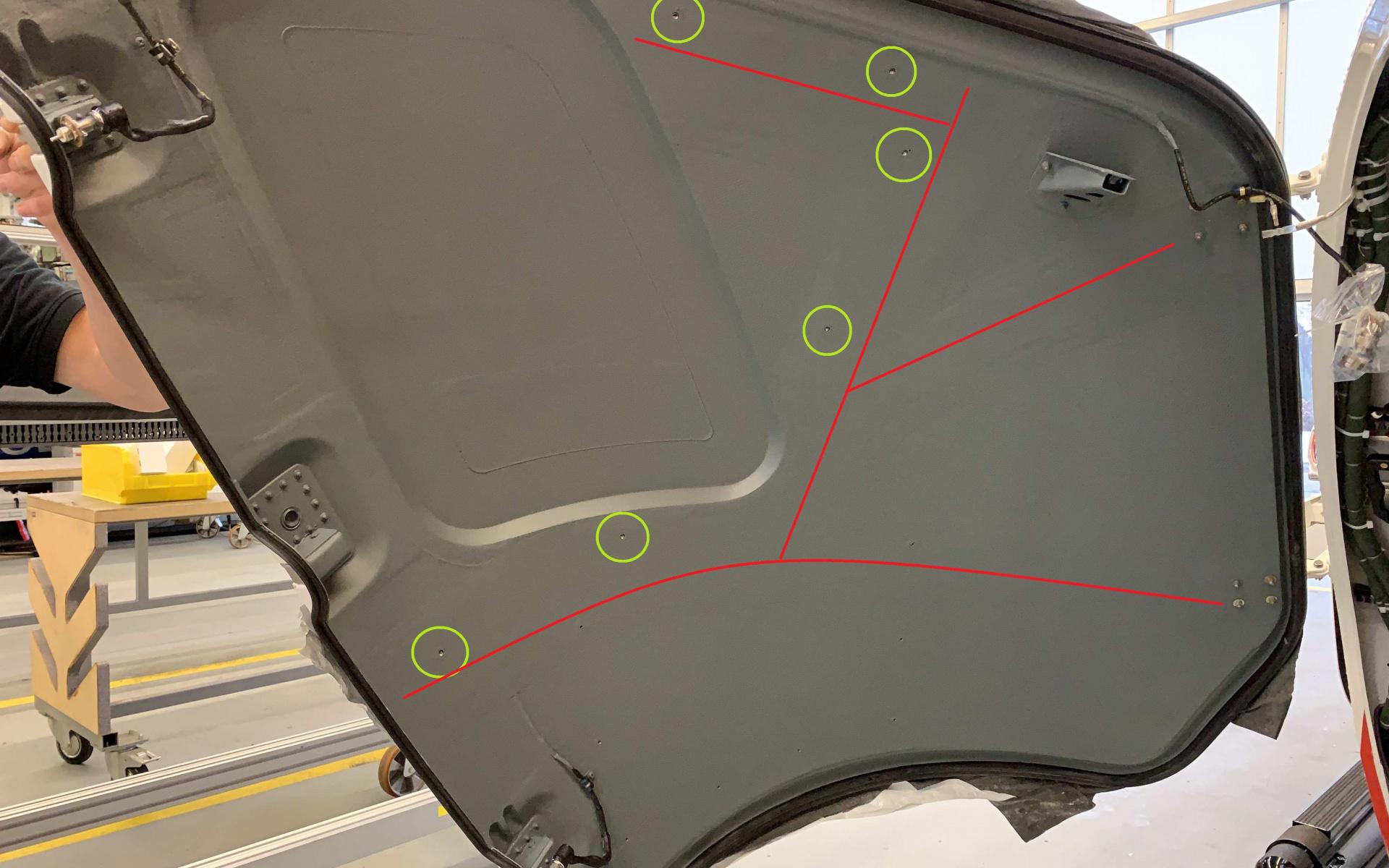 """Grüne Kreise: Hier wurden """"Inserts"""" für die Befestigung des Hecktürkastens verbaut. Rote Linien: Hier wurde eine Verstärkung einlaminiert, um die Hecktür steifer zu machen."""