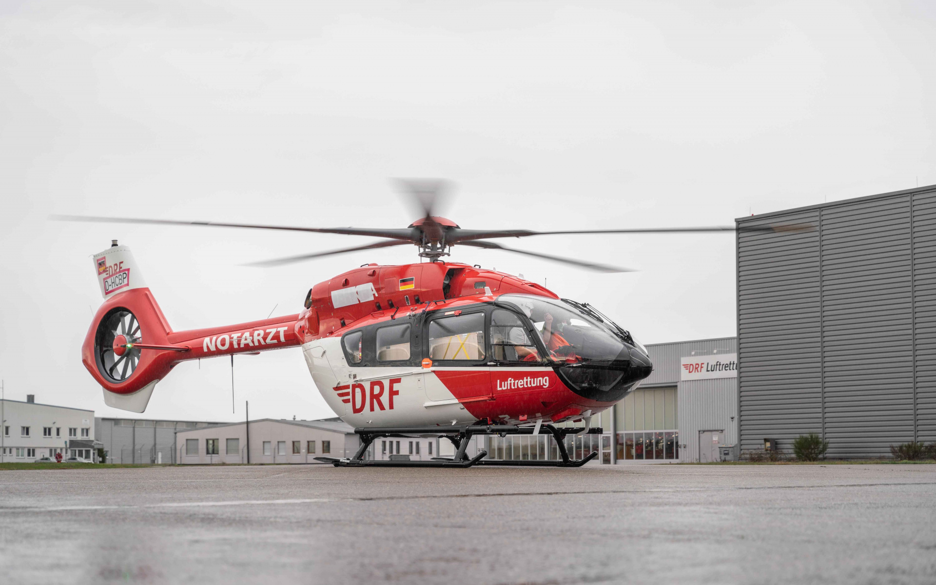 Bei ihrer ersten Landung vor der Werfthalle am Flughafen Karlsruhe / Baden-Baden ...
