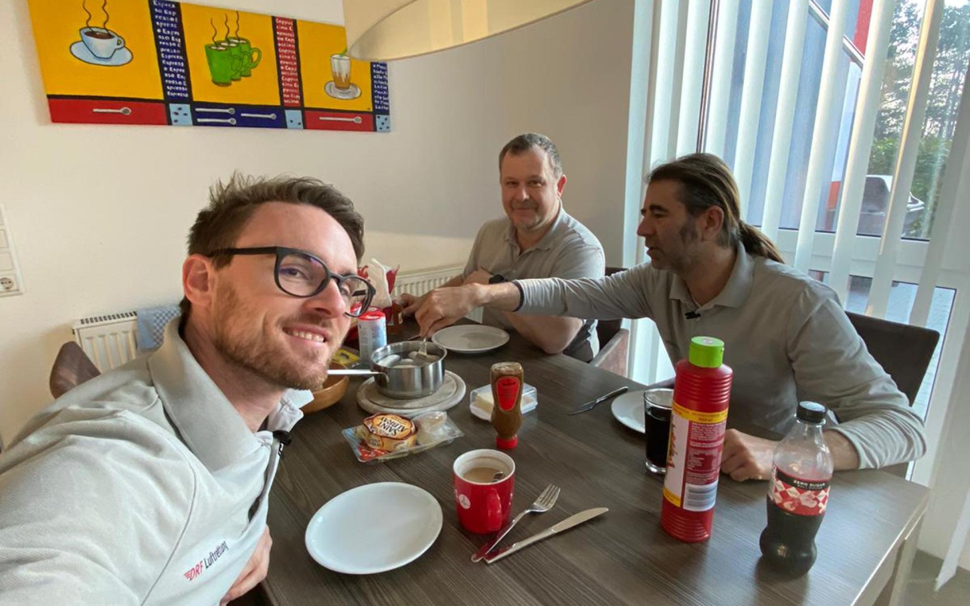 Das Leonberger Team sitzt am Frühstückstisch