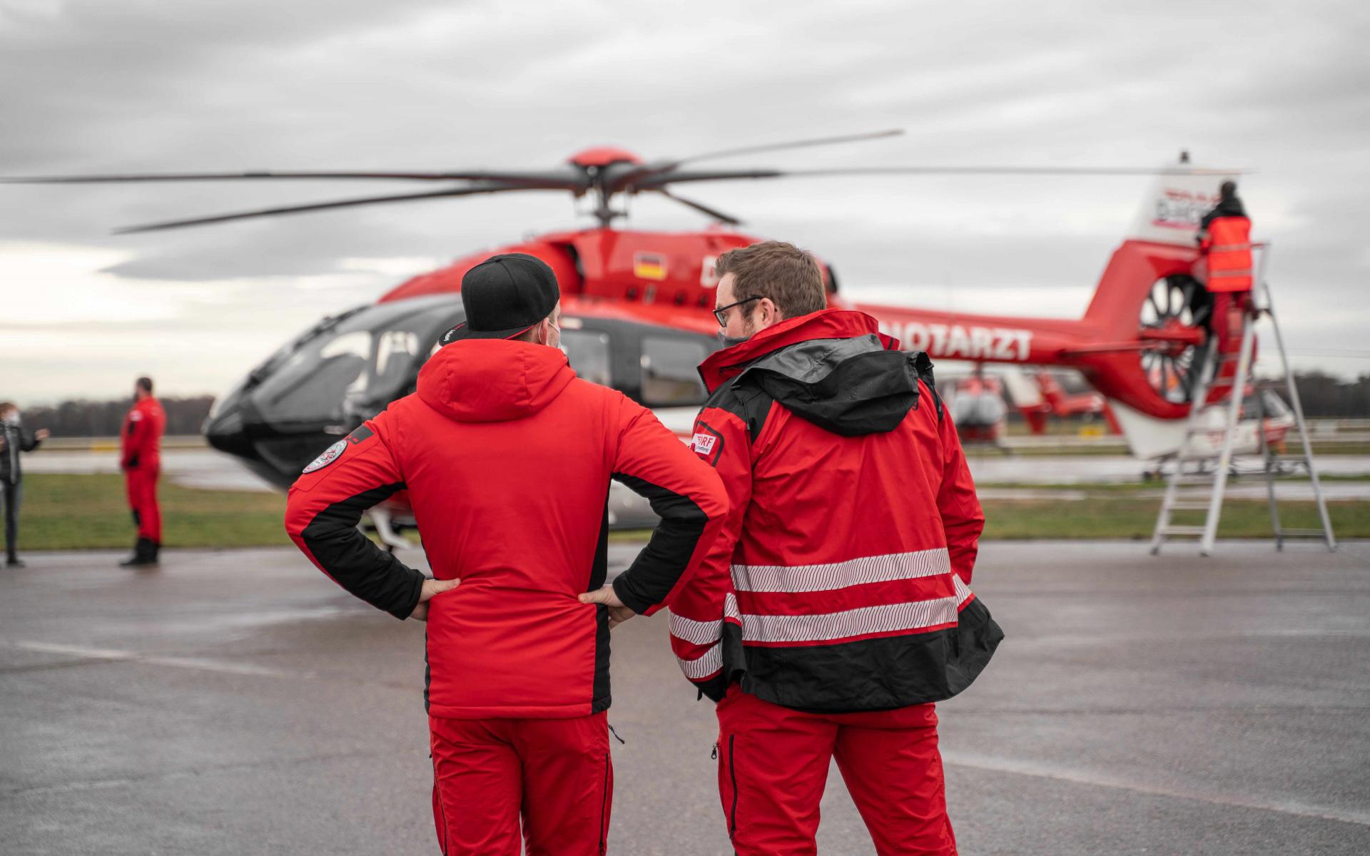 ... wurde der Hubschrauber mit Begeisterung von den Mitarbeiter*innen der DRF Luftrettung erwartet.