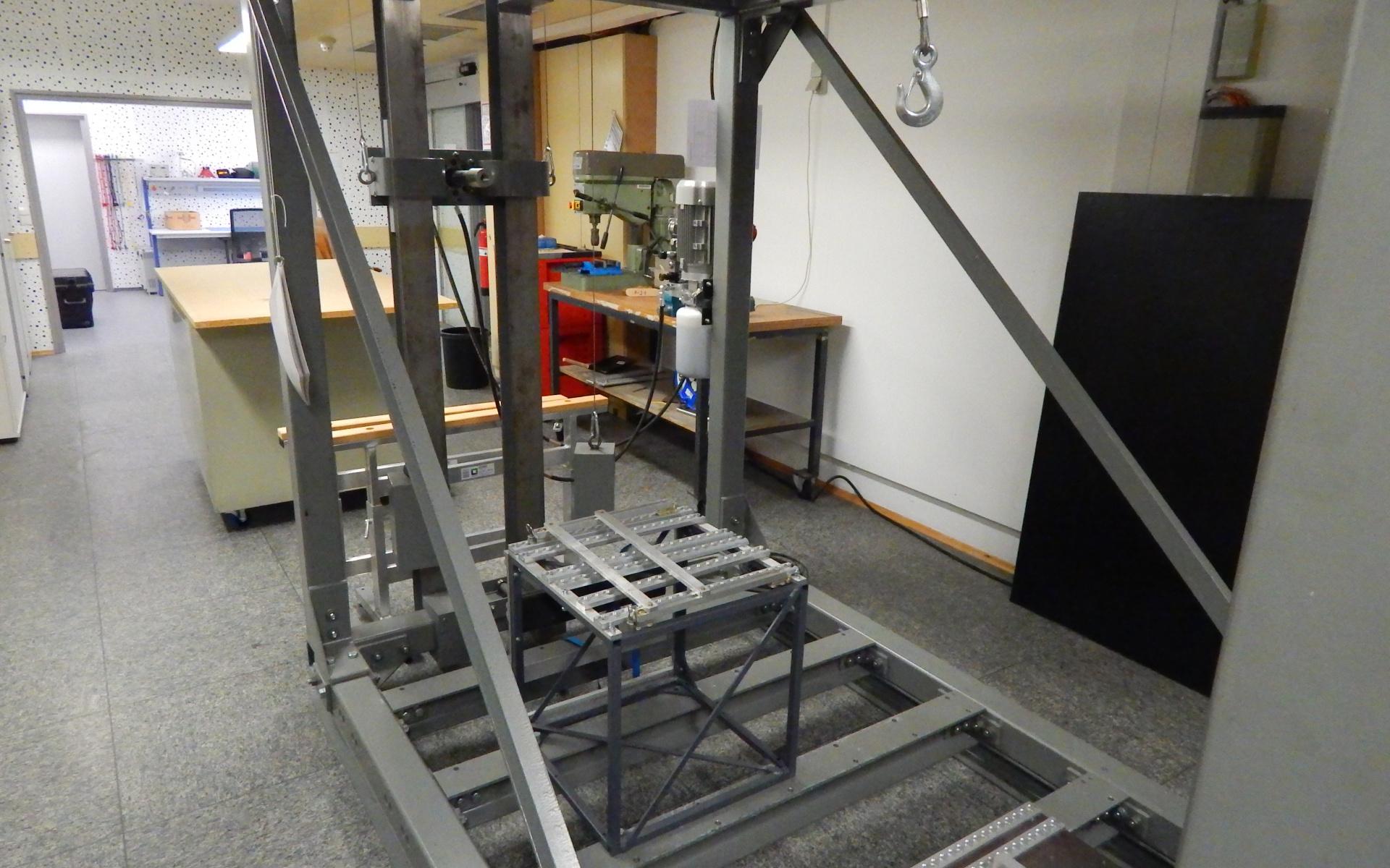 An diesem Zugtisch werden verschieden Zugversuche an Prototypen gemacht, um deren Festigkeit nachzuweisen.