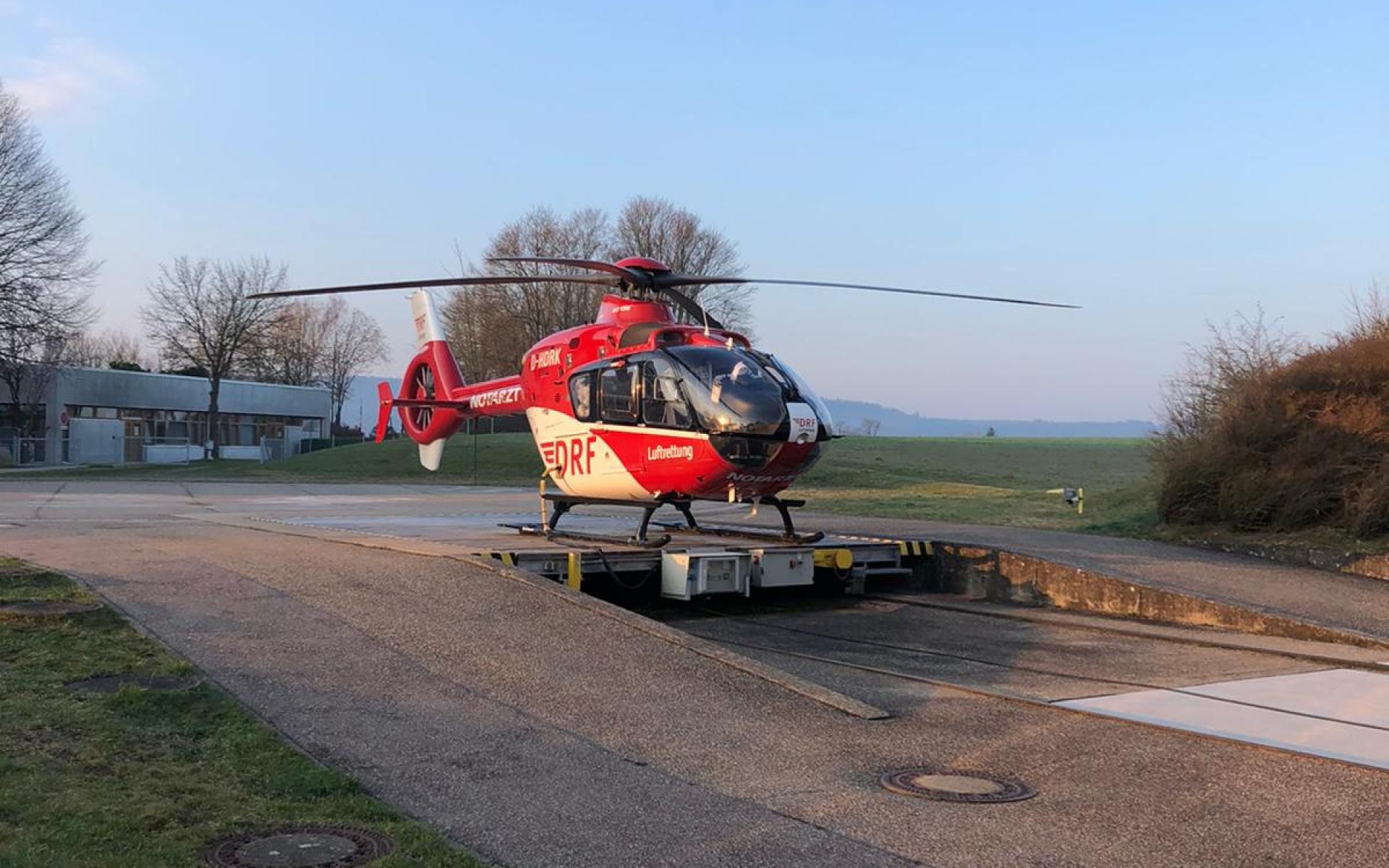 Der Rettungshubschrauber Christoph 41 steht auf der Plattform und ist einsatzbereit.