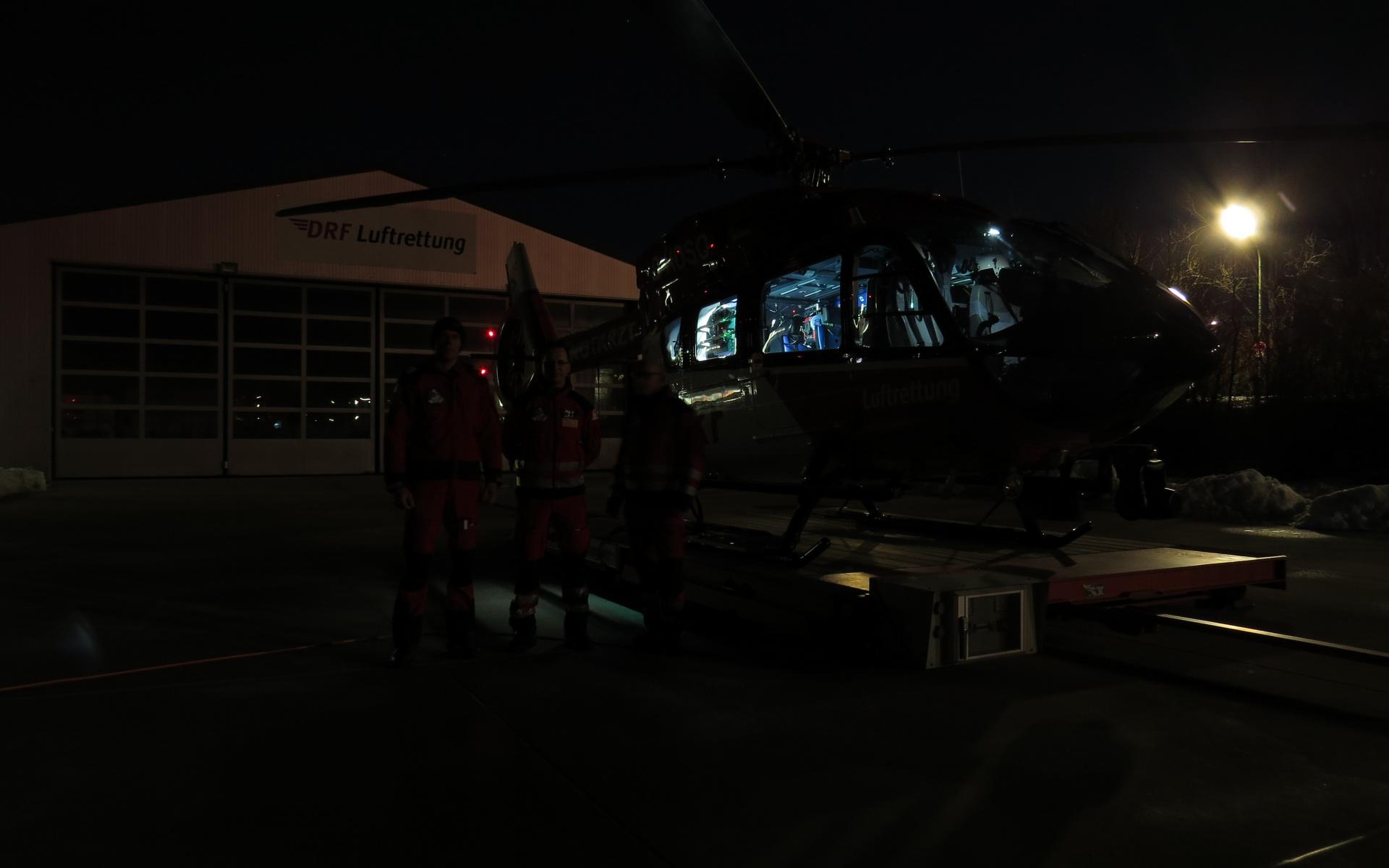 Blick auf einen Rettungshubschrauber bei Dunkelheit.