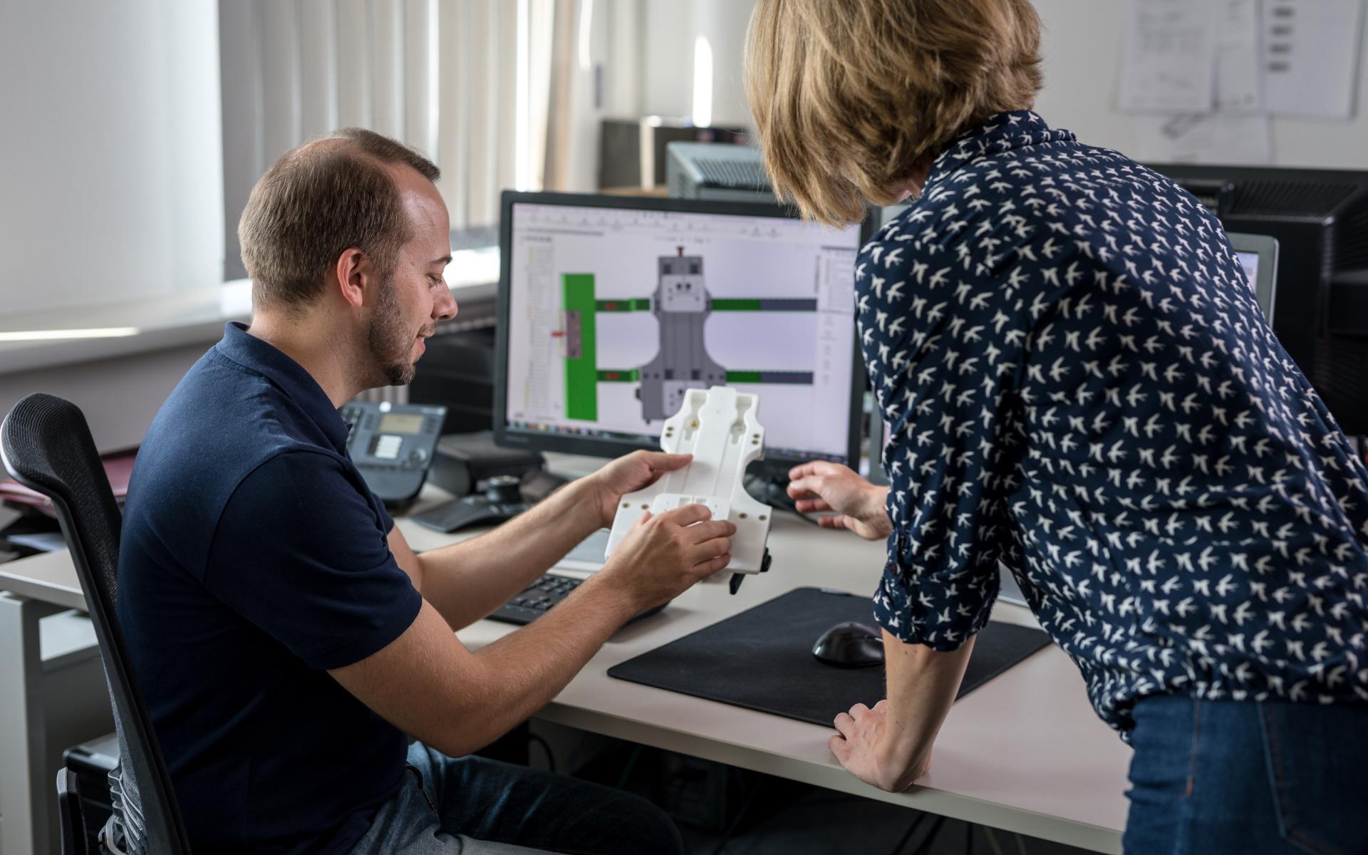 Mitarbeiter des Entwicklungsbetriebs der DRF Luftrettung besprechen einen Prototypen.