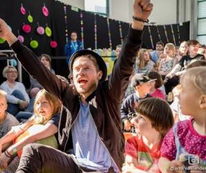 Embedded thumbnail for Kinderklinikkonzert mit Johannes Oerding | Magdeburg 2019