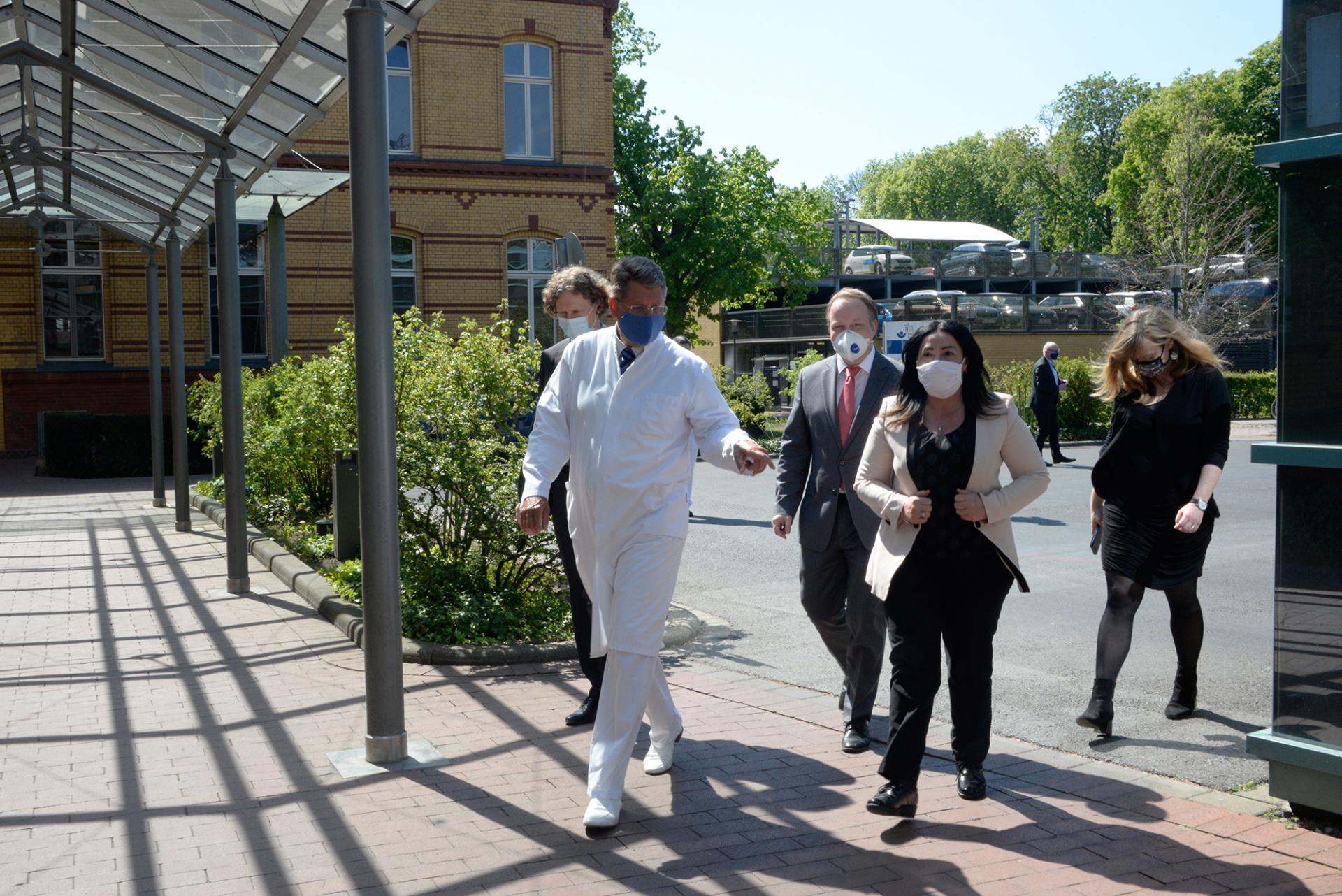 Berlins Gesundheitssenatorin Dilek Kalayci und Professor Dr. Axel Ekkernkamp auf dem Weg zur Berliner Station der DRF Luftrettung. Foto: Cristina Vazquez
