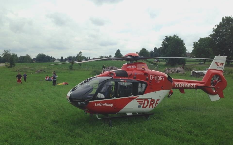 Innerhalb kürzester Zeit fliegt Christoph 45 den verunglückten Motorradfahrer ins Krankenhaus.