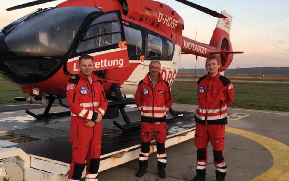 Die Jubiläumscrew für den heutigen Tagdienst von Christoph Niedersachsen, v.l.: Pilot Aaron Norris, HEMS TC Joachim Mell und Notarzt Dr. David Bürger.