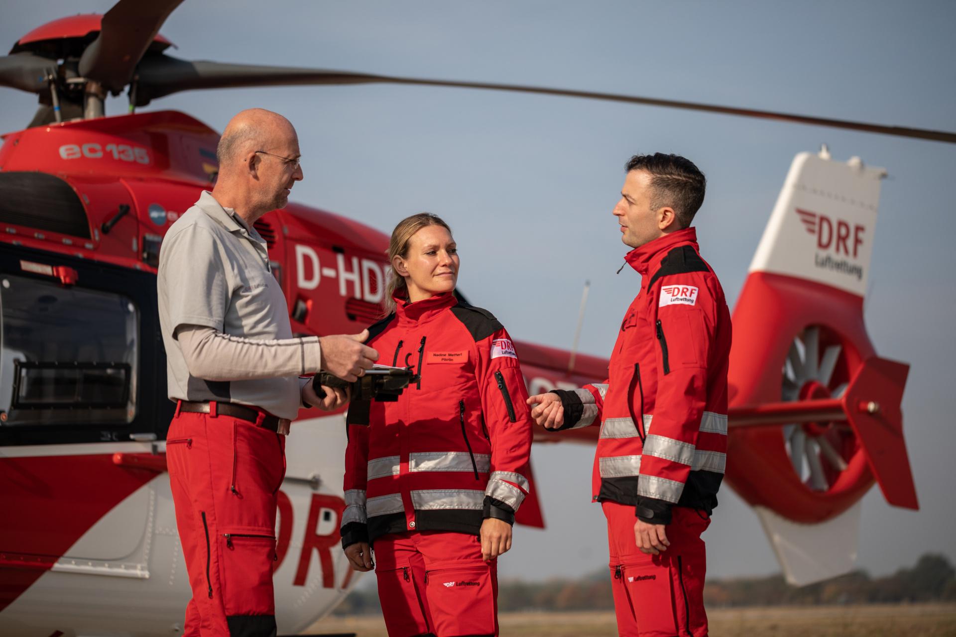 Mit seiner Kollegin und seinem Kollegen bespricht Sebastian Fuhr (rechts) alle Details für den nächsten Flug.