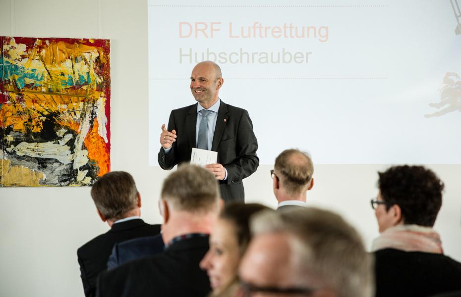 Der Vorstandsvorsitzende der DRF Luftrettung, Dr. Krystian Pracz, hieß die Gäste in der Zentrale der gemeinnützigen Organisation willkommen.